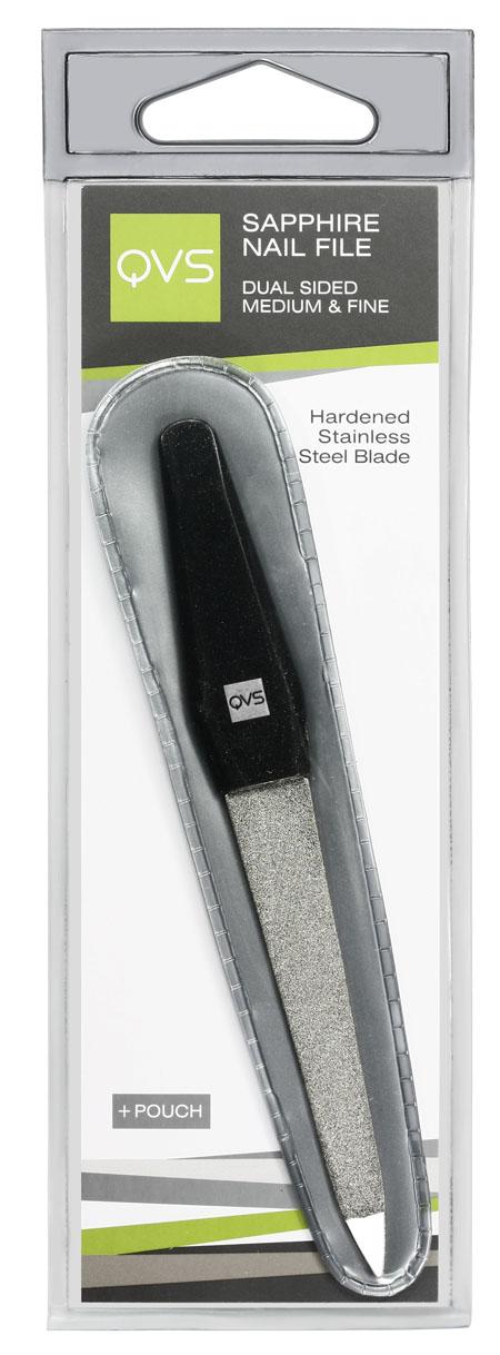 QVS Пилочка для ногтей с сапфировым напылением двусторонняя, средне- и тонкозернистая10-1109Пилка для ногтей с сапфировым напылением. Двусторонняя среднезернистая и мелкозернистая. Рукоятка специальной формы для отодвигания кутикулы.Будь то профессиональный маникюр в салоне или простой маникюр в домашних условиях, опиливание и придание формы ногтевой пластине является важным процессом для роста здоровых и красивых ногтей.Наша пилка для ногтей с сапфировым напылением аккуратно опиливает ногти и помогает придать им идеальный вид. Стороны пилки покрыты мельчайшими частицами синтетического сапфира для придания идеальной гладкой формы Вашим ногтям. Рукоятка пилки удобна для отодвигания кутикулы благодаря своей специальной форме. Лезвие пилки сделано из закаленной стали, что обеспечивает одновременно его гибкость и прочность.