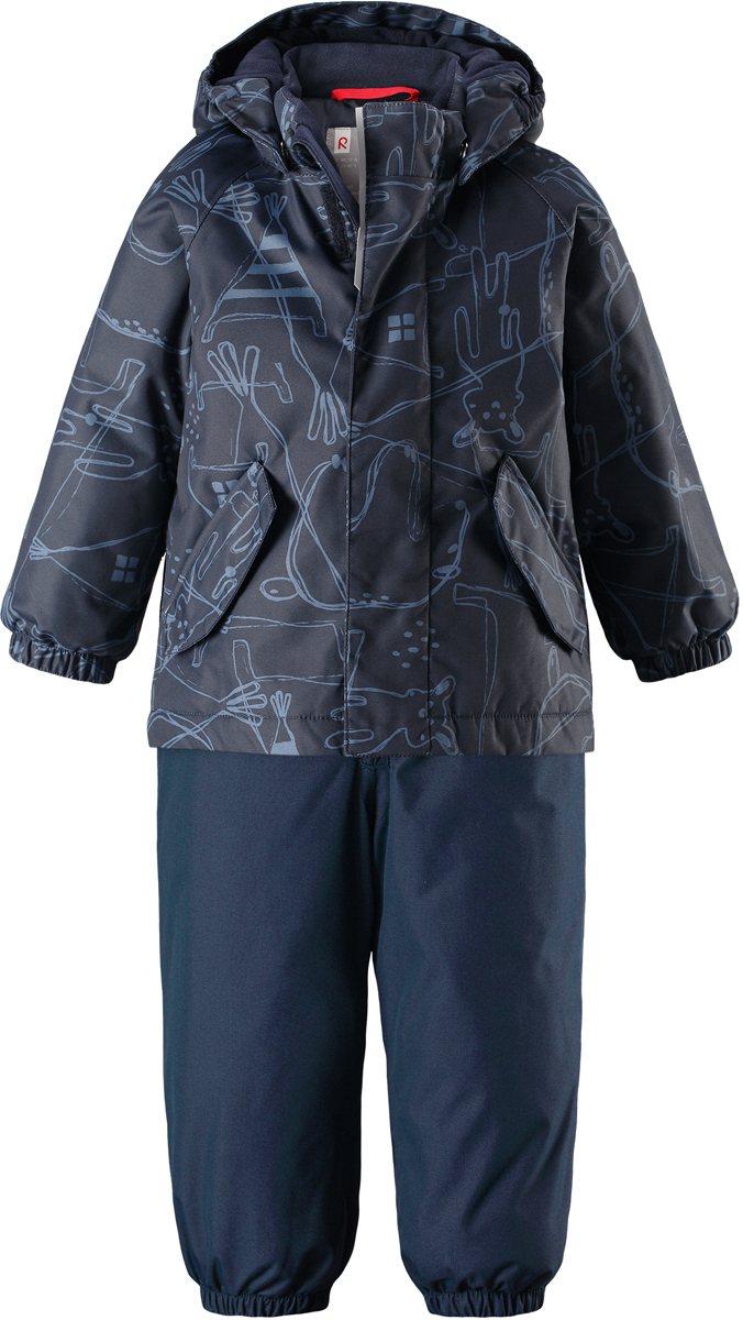 Комплект верхней одежды детский Reima Reimatec Olki, цвет: синий. 5131096981. Размер 985131096981Благодаря забавному рисунку этот непромокаемый зимний комплект для малышей сделает морозное утро веселее! Зимняя куртка и брюки для малышей изготовлены из водо- и ветронепроницаемого, дышащего материала с водо- и грязеотталкивающей поверхностью. Все швы в куртке и брюках проклеены и водонепроницаемы, поэтому неожиданный снегопад или дождь не помешает веселым играм на свежем воздухе! Эта куртка с подкладкой из гладкого полиэстера легко надевается, ее очень удобно носить с теплым промежуточным слоем. Куртка прямого кроя с безопасным съемным капюшоном. Капюшон обеспечивает дополнительную безопасность во время активных прогулок - кнопки легко отстегиваются, если капюшон случайно за что-нибудь зацепится. Брюки с высокой талией и регулируемыми подтяжками будут сидеть точно по фигуре, а длинная молния спереди облегчит надевание. Благодаря дополнительной вставке из ватина малыши не замерзнут, сидя на снегу или катаясь с горы. Брючины с прочными силиконовыми штрипками на концах не задираются во время прогулки. Водонепроницаемость: 8 000 мм.