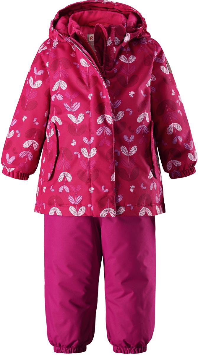 Комплект верхней одежды для девочки Reima Reimatec Ohra: куртка, брюки, цвет: розовый. 5131103561. Размер 805131103561Теплый зимний комплект для малышей сшит из ветро- и водонепроницаемого материала со всеми проклеенными и водонепроницаемыми швами. Куртка оснащена съемным капюшоном, который легко отстегивается, если за что-нибудь зацепится. У зимних брюк высокая талия, которая защищает поясницу от холода, а благодаря подтяжкам и силиконовым штрипкам они будут хорошо сидеть.Средняя степень утепления.