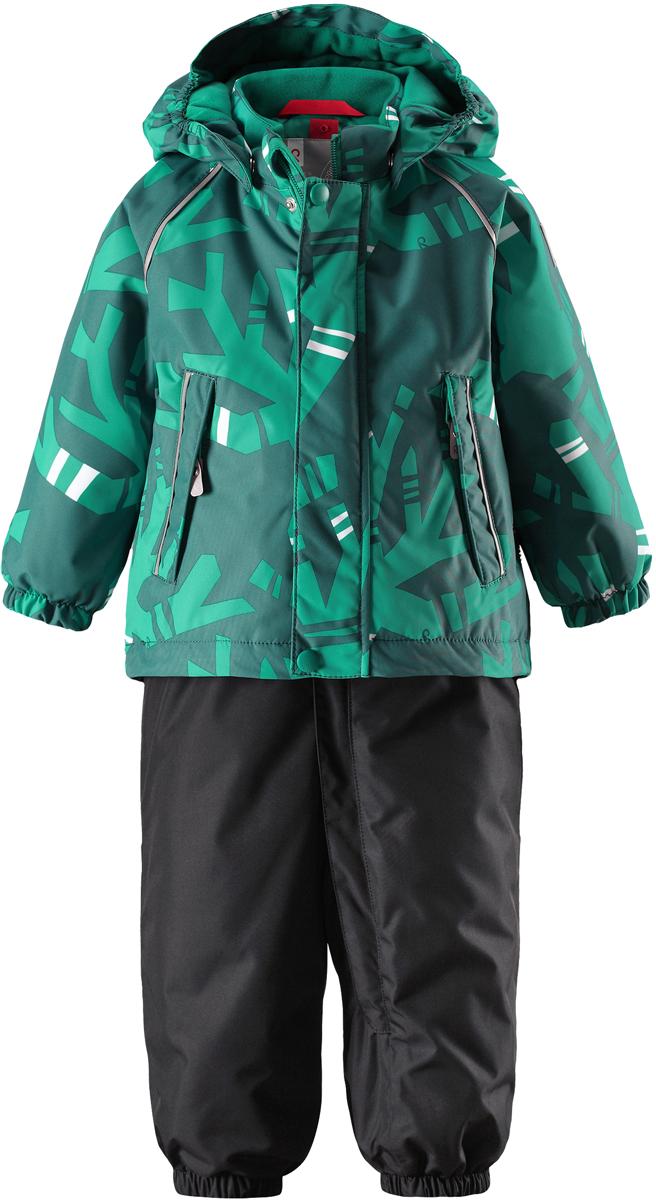 Комплект верхней одежды детский Reima Reimatec Kuusi: куртка, брюки, цвет: зеленый. 5131118862. Размер 805131118862Теплый зимний комплект для малышей сшит из ветро- и водонепроницаемого материала со всеми проклеенными и водонепроницаемыми швами. Куртка оснащена съемным капюшоном, который легко отстегивается, если за что-нибудь зацепится. У зимних брюк высокая талия, которая защищает поясницу от холода, а благодаря подтяжкам и силиконовым штрипкам они будут хорошо сидеть.Средняя степень утепления.