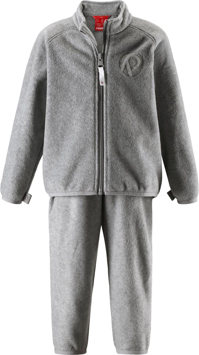 Комплект одежды детский флисовый Reima Etamin: кофта, брюки, цвет: серый. 5163169400. Размер 865163169400В холодную погоду рекомендуется под верхнюю одежду носить теплый, но при этом дышащий флисовый промежуточный слой. Этот комплект из полярного флиса для малышей хорошо согреет малыша, но жарко в нем не будет. Комплект – необычайно легкий, но при этом теплый и быстросохнущий, а материал, из которого он сшит, отводит влагу от кожи в верхние слои одежды. Комплект, состоящий из кофты и брюк, очень удобно носить в детский сад: он послужит теплым промежуточным слоем во время игр на улице, и его можно носить в помещении. А если вдруг станет жарко, всегда можно снять верхнюю часть. Флисовая кофта снабжена молнией во всю длину, поэтому легко надевается. Удлиненная спинка закрывает поясницу, а защита для подбородка не дает поцарапаться об зубчики молнии. С помощью системы кнопок Play Layers этот комплект можно присоединить к многим моделям верхней одежды Reima.