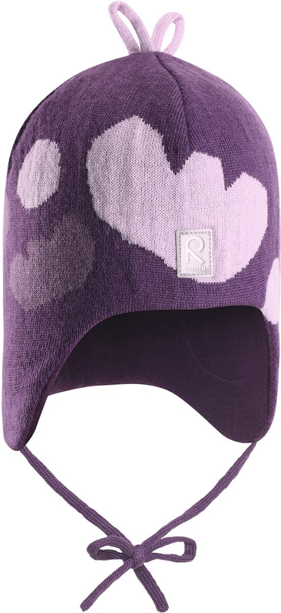 Шапка-бини для девочки Reima Vatukka, цвет: лиловый. 5184245930. Размер 465184245930Полюбившаяся малышам шапка Reima с чудесными рисунками надежно согреет в холодный зимний день. Эта шапка из мериносовой шерсти подарит уют в морозную погоду: мягкая хлопковая подкладка обеспечит ребенку тепло и комфорт. За счет эластичной вязки шапка отлично сидит, а ветронепроницаемые вставки в области ушей защищают ушки от холодного ветра. Благодаря завязкам эта стильная шапка не съезжает и хорошо защищает голову. Бантик на макушке довершает образ.