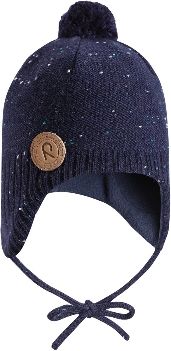 Шапка-бини детская Reima Yllas, цвет: темно-синий. 5184306980. Размер 485184306980Шерстяная шапка для малышей Reima с чудесным рисунком надежно согреет в холодный зимний день. Эта шапка для малышей из мериносовой шерсти подарит уют в морозную погоду: мягкая флисовая подкладка обеспечит ребенку тепло и комфорт. За счет эластичной вязки шапка отлично сидит, а ветронепроницаемые вставки в области ушей защищают ушки от холодного ветра. Благодаря завязкам, эта стильная шапка не съезжает и хорошо защищает голову. Маленький помпон на макушке довершает образ.