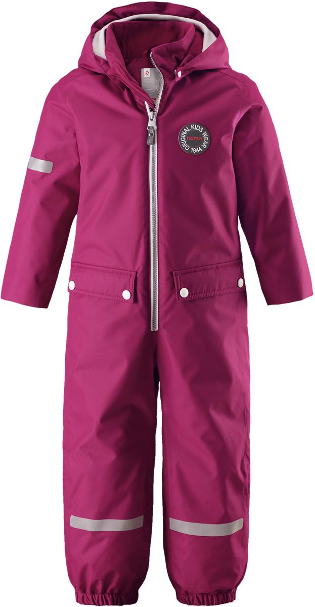 Комбинезон утепленный для девочки Reima Reimatec Vacalis, цвет: розовый. 5202043920. Размер 1045202043920Фасон этого детского непромокаемого комбинезона навеян мотивами дизайна Reima 70-х. Эта зимняя модель подбита утеплителем, так что активный строитель снежных крепостей может гулять хоть целый день. Комбинезон изготовлен из ветронепроницаемого и дышащего материала. Кроме того, он имеет водо- и грязеотталкивающую поверхность. Все самые основные швы проклеены, водонепроницаемы, так что в нем не страшен ни дождь, ни снегопад. У этой модели прямой покрой с регулируемой талией, так что при желании силуэт можно сделать более приталенным. Съемный капюшон не только защищает от пронизывающего ветра, но еще и безопасен во время игр на свежем воздухе. Кнопки легко отстегиваются, если капюшон случайно за что-нибудь зацепится. Мягкая резинка по краю регулируемого капюшона и на манжетах, а также стильные детали оживляют образ, а благодаря силиконовым штрипкам концы брючин не будут задираться, сколько ни бегай. Этот комбинезон в ретро-стиле снабжен множеством светоотражающих деталей, а большие карманы с клапанами вместят все самые ценные находки.