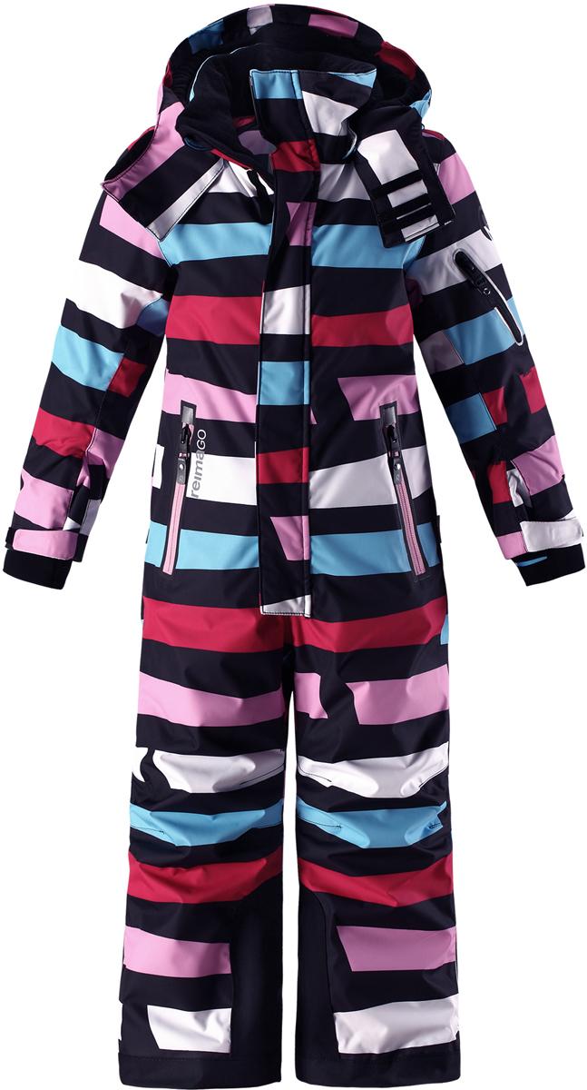 Комбинезон детский Reima Reimatec Reach, цвет: темно-синий, розовый. 5202113. Размер 1045202113Абсолютно непромокаемый и прочный детский зимний комбинезон Reimatec с полностью проклеенными швами. Сверхпрочные усиления на концах брючин. Этот практичный комбинезон изготовлен из ветронепроницаемого и дышащего материала, поэтому вашему ребенку будет тепло и сухо, к тому же он не вспотеет. Комбинезон снабжен гладкой подкладкой из полиэстера. В этом комбинезоне прямого кроя талия при необходимости легко регулируется, что позволяет подогнать комбинезон точно по фигуре. Кроме того, он снабжен регулируемыми манжетами и внутренними манжетами из лайкры. Съемный и регулируемый капюшон защищает от пронизывающего ветра, а еще он безопасен во время игр на свежем воздухе. Кнопки легко отстегиваются, если капюшон случайно за что-нибудь зацепится. Два кармана на молнии, карман для лыжной карты и специальный карман для сенсора ReimaGO. Материал имеет грязеотталкивающую поверхность, и при этом его можно сушить в сушильной машине. Светоотражающие детали довершают образ.Средняя степень утепления.