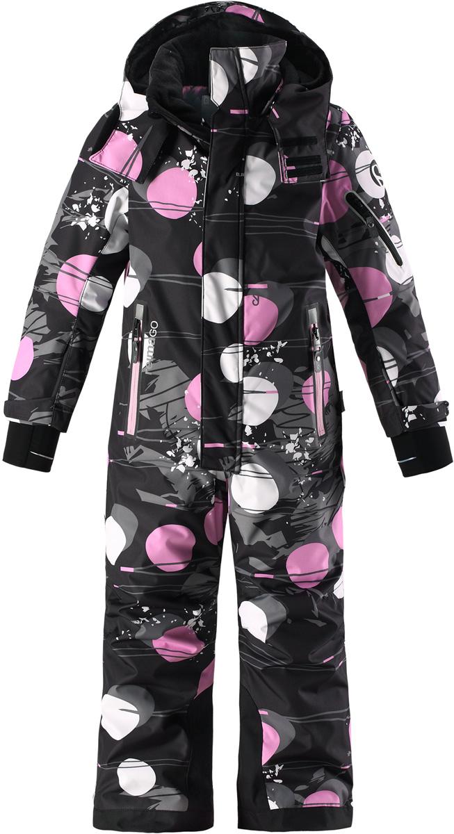 Комбинезон детский Reima Reimatec Reach, цвет: черный, розовый. 5202119994. Размер 1225202119994Абсолютно непромокаемый и прочный детский зимний комбинезон Reimatec с полностью проклеенными швами. Сверхпрочные усиления на концах брючин. Этот практичный комбинезон изготовлен из ветронепроницаемого и дышащего материала, поэтому вашему ребенку будет тепло и сухо, к тому же он не вспотеет. Комбинезон снабжен гладкой подкладкой из полиэстера. В этом комбинезоне прямого кроя талия при необходимости легко регулируется, что позволяет подогнать комбинезон точно по фигуре. Кроме того, он снабжен регулируемыми манжетами и внутренними манжетами из лайкры. Съемный и регулируемый капюшон защищает от пронизывающего ветра, а еще он безопасен во время игр на свежем воздухе. Кнопки легко отстегиваются, если капюшон случайно за что-нибудь зацепится. Два кармана на молнии, карман для лыжной карты и специальный карман для сенсора ReimaGO. Материал имеет грязеотталкивающую поверхность, и при этом его можно сушить в сушильной машине. Светоотражающие детали довершают образ.Средняя степень утепления.