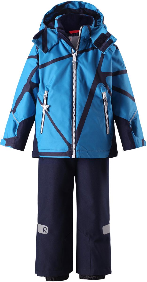 Комплект верхней одежды детский Reima Reimatec Kiddo Grane: куртка, брюки, цвет: синий, темно-синий. 5231136491. Размер 985231136491Сверхпрочный детский зимний комплект Reimatec Kiddo Grane состоит из куртки и брюк. Функциональная куртка изготовлена из износостойкого, дышащего, водо- и ветронепроницаемого материала с водо- и грязеотталкивающей поверхностью. Все швы проклеены, водонепроницаемы. Рукава и спинка снабжены прочными усилениями, которые защищают участки, больше всего подверженные износу во время подвижных игр и катания на санках. У этой модели прямой покрой с регулируемой талией и подолом, так что силуэт можно сделать более облегающим. Концы рукавов тоже регулируются застежкой на липучке, как раз под ширину перчаток. Съемный капюшон защищает от холодного ветра, а еще обеспечивает дополнительную безопасность во время игр на улице – поскольку он легко отстегнется, если случайно за что-нибудь зацепится. По краю капюшона предусмотрен ветроотражатель, который обеспечивает шее дополнительную защиту. В брюках имеется ширинка на молнии, регулируемые и съемные эластичными подтяжками, а также защита от снега на концах брючин. Комплект снабжен гладкой подкладкой из полиэстера и светоотражателями. В куртке предусмотрены два кармана на молнии. Полная функциональность: от повседневного комфорта до экстремальных условий.Средняя степень утепления.