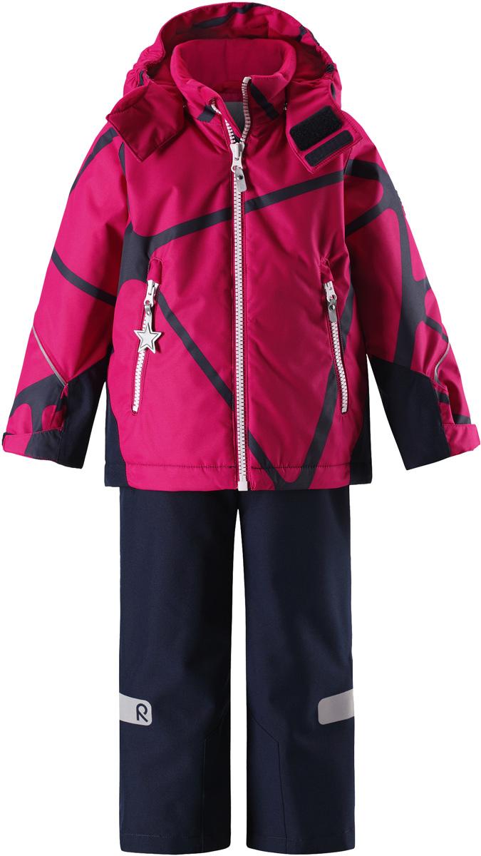 Комплект верхней одежды детский Reima Reimatec Kiddo Grane: куртка, брюки, цвет: розовый, темно-синий. 5231133561. Размер 925231133561Сверхпрочный детский зимний комплект Reimatec Kiddo Grane состоит из куртки и брюк. Функциональная куртка изготовлена из износостойкого, дышащего, водо- и ветронепроницаемого материала с водо- и грязеотталкивающей поверхностью. Все швы проклеены, водонепроницаемы. Рукава и спинка снабжены прочными усилениями, которые защищают участки, больше всего подверженные износу во время подвижных игр и катания на санках. У этой модели прямой покрой с регулируемой талией и подолом, так что силуэт можно сделать более облегающим. Концы рукавов тоже регулируются застежкой на липучке, как раз под ширину перчаток. Съемный капюшон защищает от холодного ветра, а еще обеспечивает дополнительную безопасность во время игр на улице – поскольку он легко отстегнется, если случайно за что-нибудь зацепится. По краю капюшона предусмотрен ветроотражатель, который обеспечивает шее дополнительную защиту. В брюках имеется ширинка на молнии, регулируемые и съемные эластичными подтяжками, а также защита от снега на концах брючин. Комплект снабжен гладкой подкладкой из полиэстера и светоотражателями. В куртке предусмотрены два кармана на молнии. Полная функциональность: от повседневного комфорта до экстремальных условий.Средняя степень утепления.