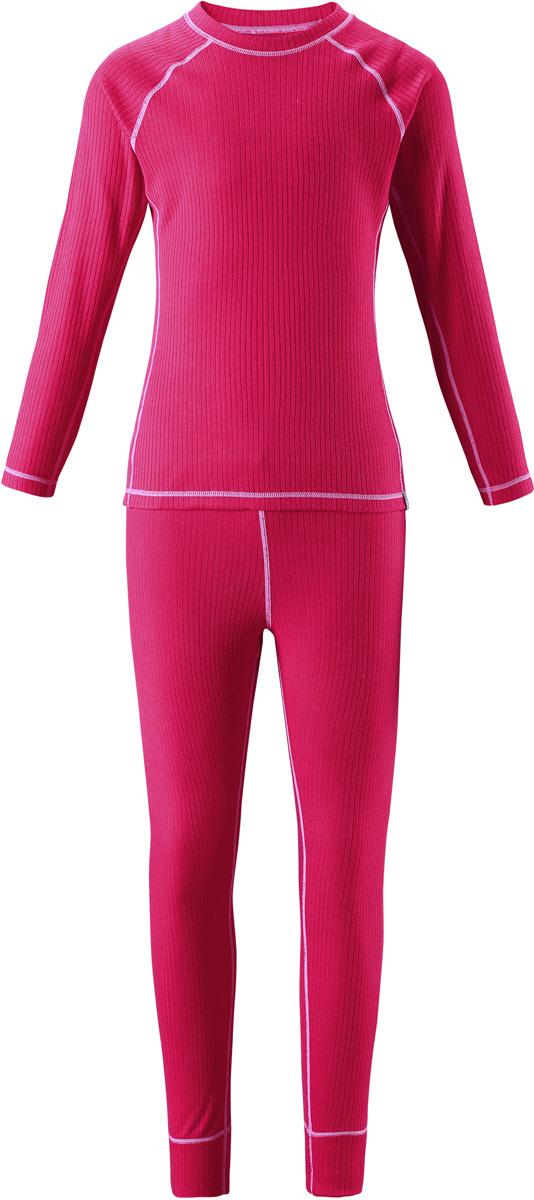 Комплект термобелья детский Reima Cepheus: лонгслив, брюки, цвет: розовый. 5362173560. Размер 1205362173560Детский базовый комплект станет отличным выбором для любителей активного отдыха на свежем воздухе: материал эффективно выводит влагу в верхние слои одежды и быстро сохнет. Комплект очень приятный на ощупь, он просто создан для веселых прогулок – в нем ребенок не замерзнет и не вспотеет! Лонгслив с удлиненной спинкой обеспечивает дополнительную защиту для поясницы, а мягкие и плоские швы не натирают кожу. Эта модель подойдет и для мальчиков, и для девочек. Во время активных зимних прогулок функциональный базовый слой играет большую роль!