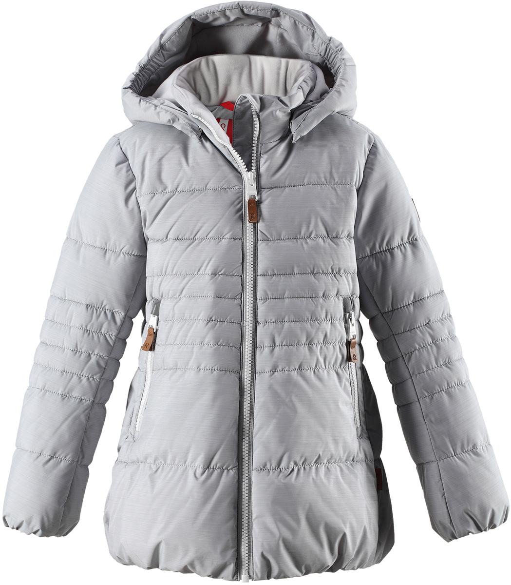 Куртка для девочки Reima Liisa, цвет: серый. 5313039140. Размер 1585313039140Детская непромокаемая зимняя куртка изготовлена из водо- и ветронепроницаемого, дышащего материала с грязеотталкивающими свойствами. Благодаря гладкой подкладке из полиэстера, куртку легко надевать и удобно носить даже с дополнительным теплым промежуточным слоем. Эта модель для девочек снабжена эластичным подолом и манжетами. Съемный и регулируемый капюшон защищает от пронизывающего ветра и дождя, а еще он безопасен во время игр на свежем воздухе. В куртке предусмотрены два кармана на молнии и светоотражающие детали.Средняя степень утепления.