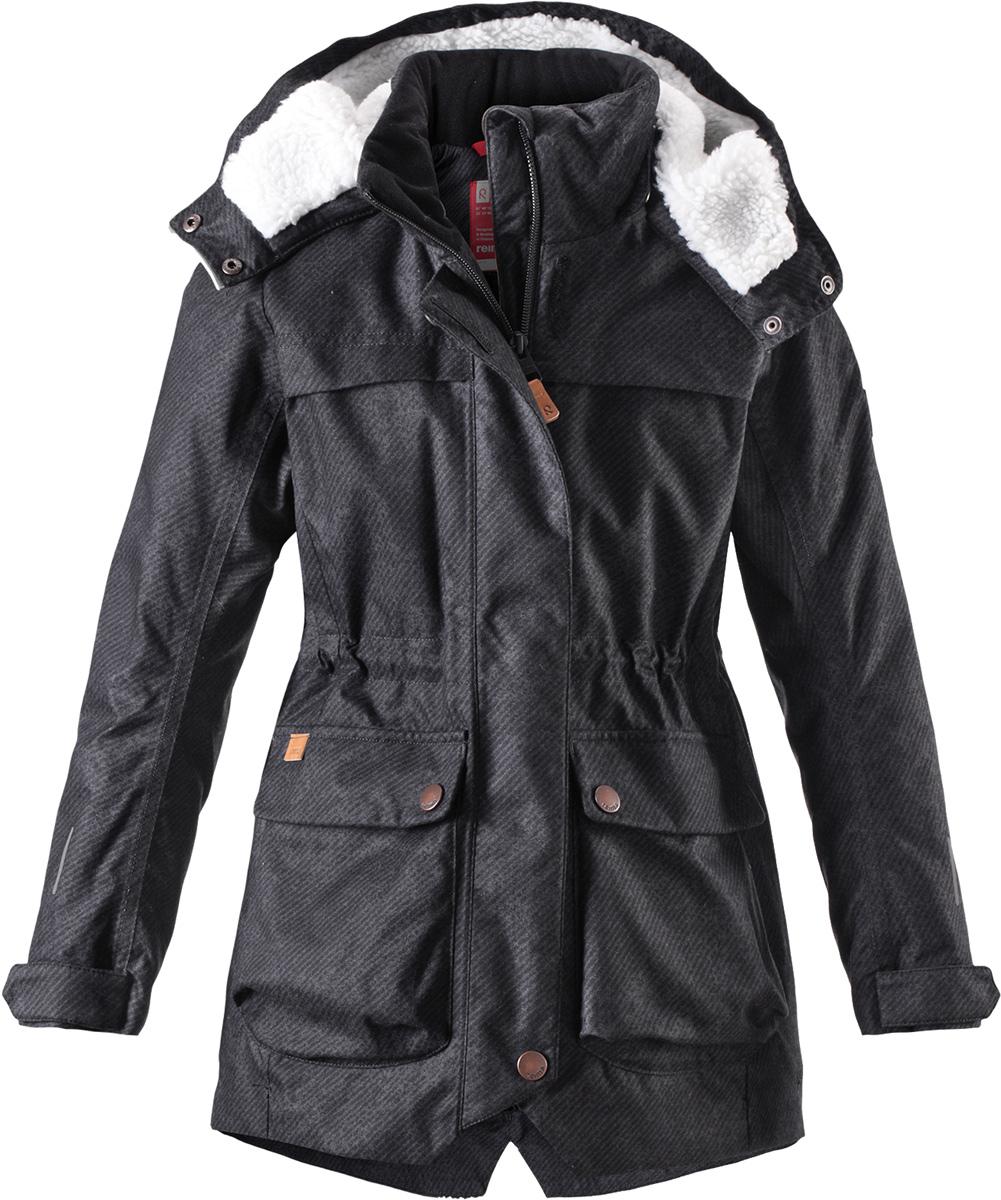 Куртка для девочки Reima Pirkko, цвет: черный. 5312929992. Размер 1285312929992Теплая, водо- и ветронепроницаемая зимняя куртка Reima для детей и подростков. Материал куртки не только водонепроницаемый, ветронепроницаемый и при этом дышащий, но также имеет водо- и грязеотталкивающую поверхность. Все основные швы проклеены, водонепроницаемы. Верхняя часть куртки и капюшон подбиты теплой стеганой подкладкой. Куртка снабжена съемным капюшоном, что обеспечивает дополнительную безопасность во время активных прогулок – капюшон легко отстегивается, если случайно за что-нибудь зацепится. Образ довершают практичные детали: завязки на талии, два больших кармана с клапанами, длинная молния высокого качества и светоотражающие элементы.Средняя степень утепления.