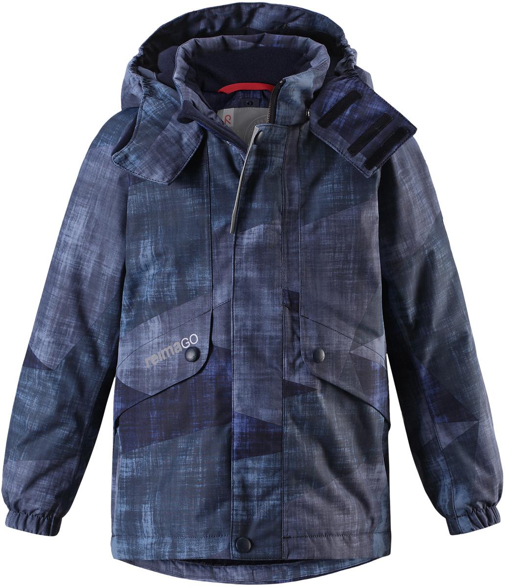 Куртка детская Reima Reimatec Elo, цвет: темно-синий. 5215156982. Размер 1405215156982Детская абсолютно непромокаемая зимняя куртка Reimatec изготовлена из водо- и ветронепроницаемого, прочного и дышащего материала, который эффективно отталкивает грязь. Все швы проклеены, водонепроницаемы. В этой модели прямого покроя подол при необходимости легко регулируется, что позволяет подогнать куртку точно по фигуре. Съемный и регулируемый капюшон защищает от пронизывающего ветра и проливного дождя, а еще он безопасен во время игр на свежем воздухе. С помощью удобной системы кнопок Play Layers к этой куртке можно присоединять одежду промежуточного слоя Reima, которая подарит вашему ребенку дополнительное тепло и комфорт. В куртке предусмотрены два кармана на молнии, внутренний нагрудный карман, карман для сенсора ReimaGO и множество светоотражающих деталей.Средняя степень утепления.