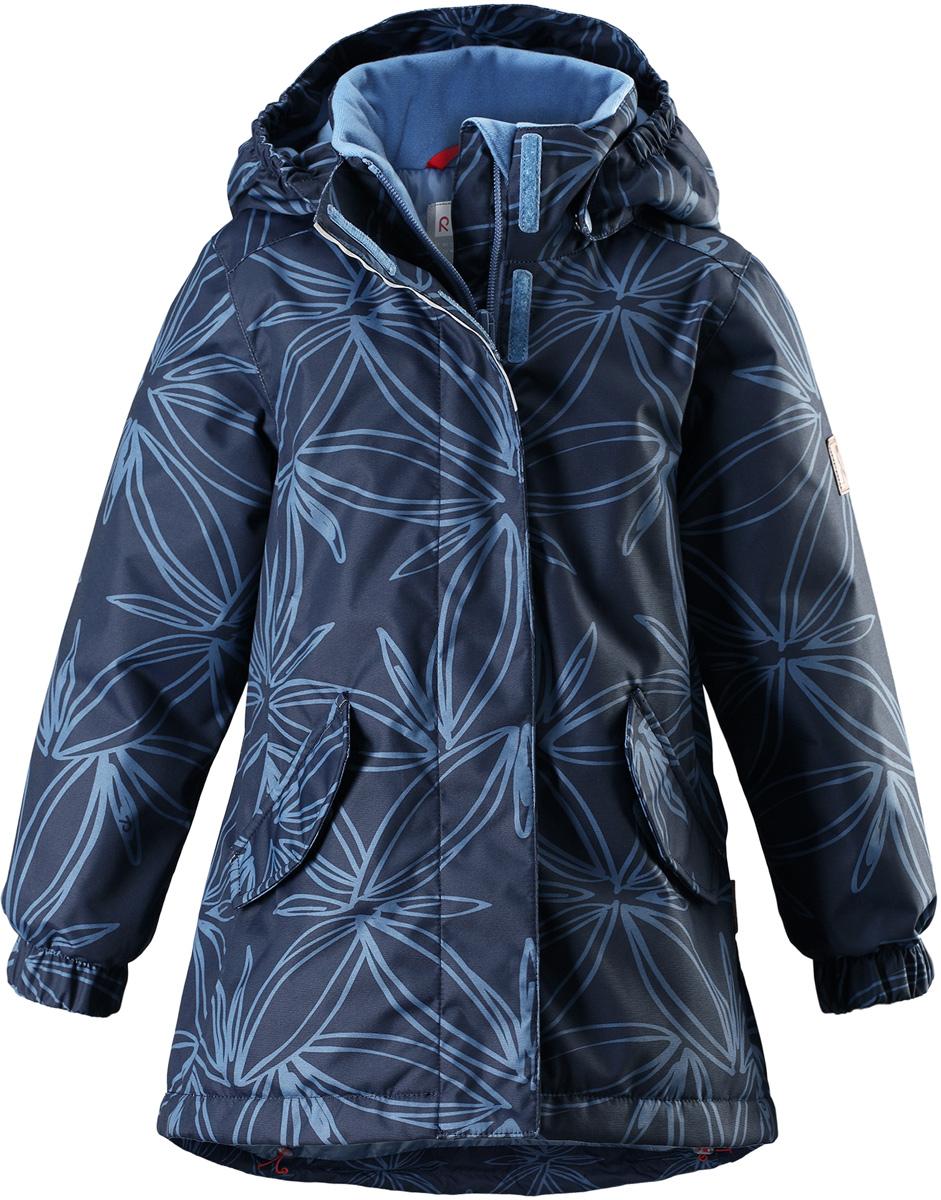 Куртка для девочки Reima Reimatec Jousi, цвет: темно-синий. 5215126747. Размер 1165215126747Детская зимняя куртка Reimatec изготовлена из износостойкого, водо- и ветронепроницаемого, дышащего материала с водо- и грязеотталкивающей поверхностью. Основные швы в куртке проклеены и водонепроницаемы, поэтому неожиданный снегопад или дождь не помешает веселым играм на свежем воздухе! Эта куртка с подкладкой из гладкого полиэстера легко надевается, и ее очень удобно носить. Благодаря регулируемой талии и подолу эта куртка прямого кроя отлично сидит по фигуре. Капюшон снабжен кнопками. Это обеспечивает дополнительную безопасность во время активных прогулок – капюшон легко отстегивается, если случайно за что-нибудь зацепится. Эластичные манжеты, два передних кармана с клапанами и светоотражающие детали.Средняя степень утепления.