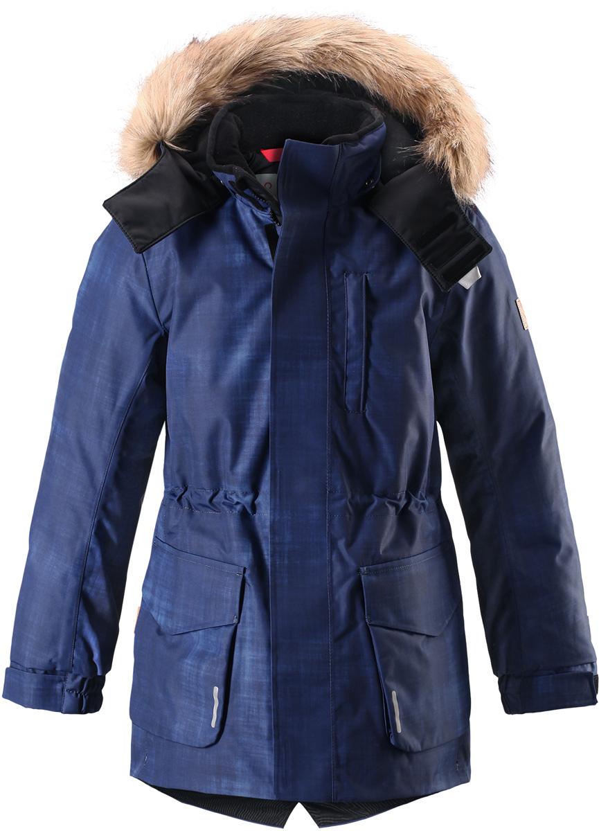 Куртка детская Reima Reimatec Naapuri, цвет: синий. 5312996987. Размер 1465312996987Классическая детская непромокаемая парка подойдет для любой прогулки. Эта удлиненная зимняя куртка из специального водо-и ветронепроницаемого материала хорошо пропускает воздух и обладает водо- и грязеотталкивающими свойствами. Все швы проклеены и водонепроницаемы, так что дети могут наслаждаться веселыми зимними забавами в любую погоду. У этой модели прямой покрой с регулируемой талией и подолом, так что при желании силуэт можно сделать более приталенным. Куртка снабжена двумя большими карманами с клапанами и двумя нагрудными карманами, один из которых на молнии. Обратите внимание на удобную петельку, спрятанную в кармане с клапаном – к ней можно прикрепить светоотражатель или ключи. Безопасный съемный капюшон с элегантной съемной оторочкой из искусственного меха придает особую изюминку этой изящной модели.Средняя степень утепления.