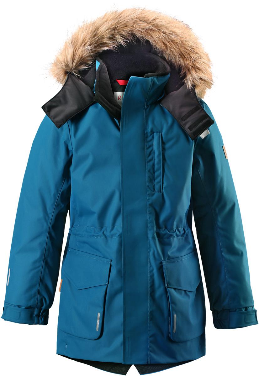 Куртка детская Reima Reimatec Naapuri, цвет: сине-голубой. 5312997900. Размер 1345312997900Классическая детская непромокаемая парка подойдет для любой прогулки. Эта удлиненная зимняя куртка из специального водо-и ветронепроницаемого материала хорошо пропускает воздух и обладает водо- и грязеотталкивающими свойствами. Все швы проклеены и водонепроницаемы, так что дети могут наслаждаться веселыми зимними забавами в любую погоду. У этой модели прямой покрой с регулируемой талией и подолом, так что при желании силуэт можно сделать более приталенным. Куртка снабжена двумя большими карманами с клапанами и двумя нагрудными карманами, один из которых на молнии. Обратите внимание на удобную петельку, спрятанную в кармане с клапаном – к ней можно прикрепить светоотражатель или ключи. Безопасный съемный капюшон с элегантной съемной оторочкой из искусственного меха придает особую изюминку этой изящной модели.Средняя степень утепления.