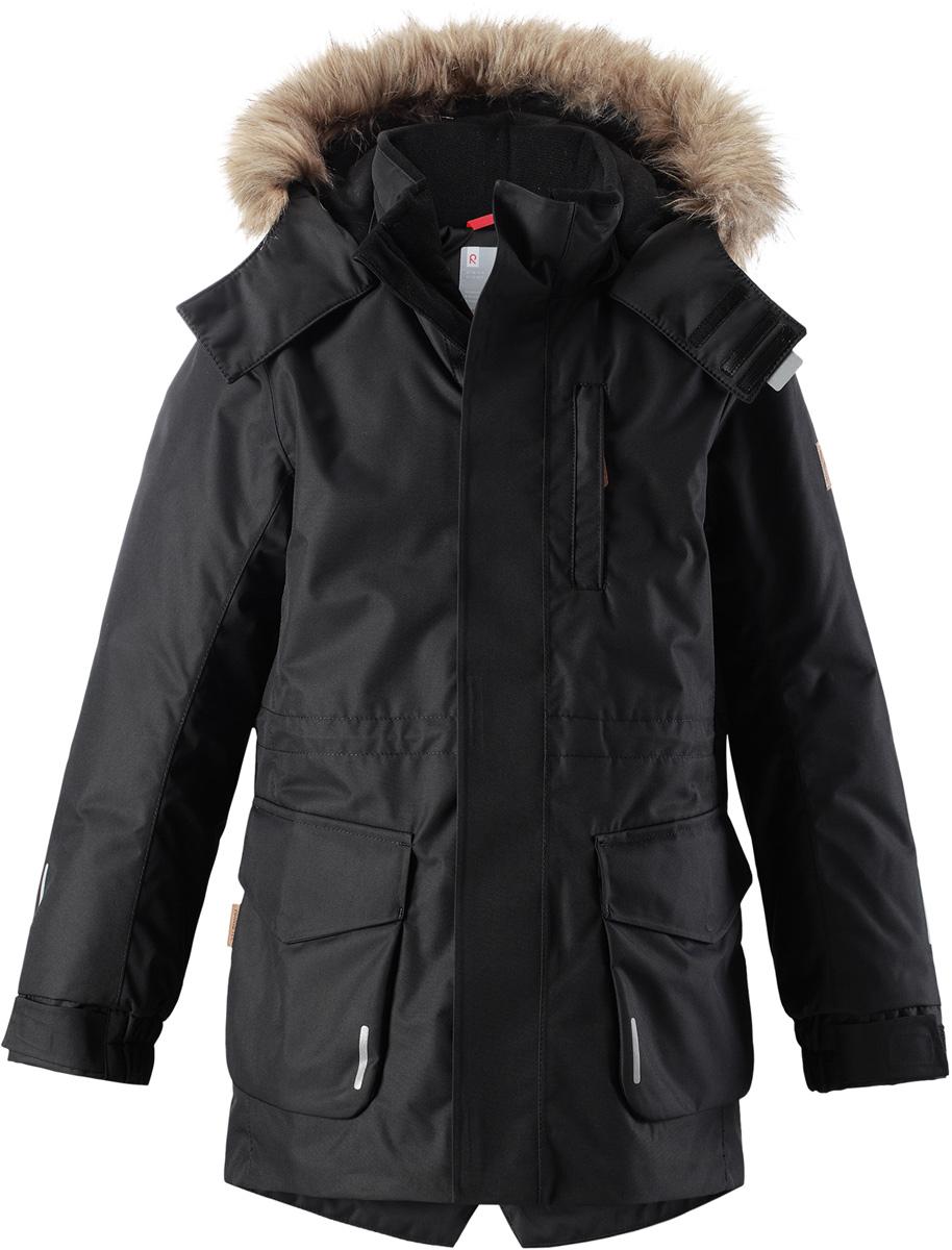 Куртка детская Reima Reimatec Naapuri, цвет: черный. 5312999990. Размер 1105312999990Классическая детская непромокаемая парка подойдет для любой прогулки. Эта удлиненная зимняя куртка из специального водо-и ветронепроницаемого материала хорошо пропускает воздух и обладает водо- и грязеотталкивающими свойствами. Все швы проклеены и водонепроницаемы, так что дети могут наслаждаться веселыми зимними забавами в любую погоду. У этой модели прямой покрой с регулируемой талией и подолом, так что при желании силуэт можно сделать более приталенным. Куртка снабжена двумя большими карманами с клапанами и двумя нагрудными карманами, один из которых на молнии. Обратите внимание на удобную петельку, спрятанную в кармане с клапаном – к ней можно прикрепить светоотражатель или ключи. Безопасный съемный капюшон с элегантной съемной оторочкой из искусственного меха придает особую изюминку этой изящной модели.Средняя степень утепления.