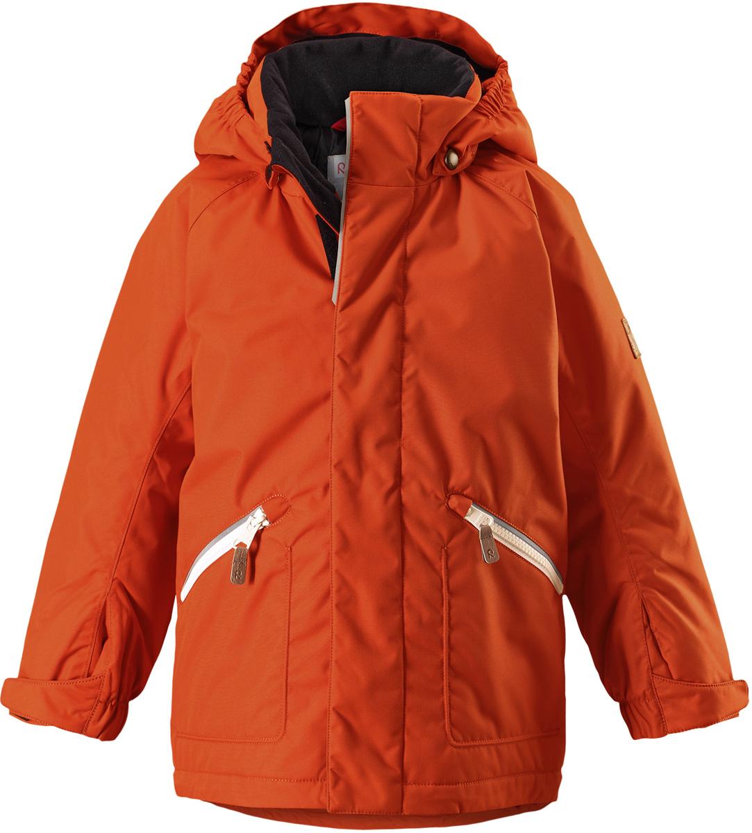 Куртка детская Reima Reimatec Nappaa, цвет: оранжевый. 5215132850. Размер 1165215132850Детская зимняя куртка Reimatec изготовлена из износостойкого, водо- и ветронепроницаемого, дышащего материала с водо- и грязеотталкивающей поверхностью. Основные швы в куртке проклеены и водонепроницаемы, поэтому неожиданный снегопад или дождь не помешает веселым играм на свежем воздухе! Эта куртка с подкладкой из гладкого полиэстера легко надевается, и ее очень удобно носить. Благодаря регулируемой талии и подолу, эта куртка прямого кроя отлично сидит по фигуре. Капюшон снабжен кнопками. Это обеспечивает дополнительную безопасность во время активных прогулок – капюшон легко отстегивается, если случайно за что-нибудь зацепится. Регулируемые манжеты, два передних кармана на молнии и светоотражающие детали.Средняя степень утепления.