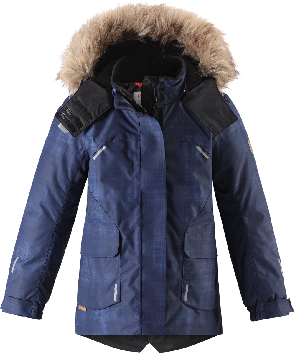 Куртка детская Reima Reimatec Sisarus, цвет: темно-синий. 5313006987. Размер 1045313006987Элегантная детская зимняя куртка в классическом стиле с честью выдержит испытание временем и высокими нагрузками! Эта куртка из водо- и ветронепроницаемого материала отлично подойдет для любых зимних забав. Все швы в ней проклеены и водонепроницаемы, что гарантирует максимальный комфорт во время зимних прогулок. Кроме того, она сшита из дышащего материала, так что ребенок не вспотеет во время катания на санках или коньках. Эта приталенная и удлиненная модель для девочек снабжена несъемным пояском на талии и регулируемыми манжетами. Съемный и регулируемый капюшон оторочен стильной отделкой из искусственного меха, которую при желании тоже можно снять. Защитный капюшон безопасен во время игр на свежем воздухе, поскольку легко отстегнется, если вдруг за что-нибудь зацепится. В больших карманах с клапанами легко поместятся все самое важное. Обратите внимание на удобную петельку, спрятанную в кармане с клапаном – к ней можно прикрепить любимый светоотражатель ребенка для обеспечения лучшей видимости.Средняя степень утепления.