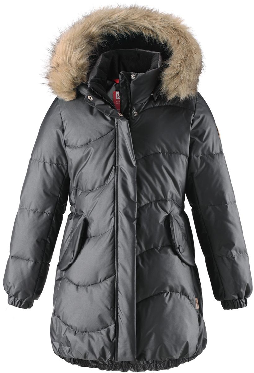 Куртка для девочки Reima Sula, цвет: серый. 5312989670. Размер 1285312989670Куртка для девочек на искусственном пуху немного удлиненного покроя снабжена стильной съемной оторочкой из искусственного меха на капюшоне. Она изготовлена из водо- и ветронепроницаемого, дышащего материала с водо- и грязеотталкивающей поверхностью, поэтому она теплая и простая в уходе. Куртку с гладкой подкладкой из полиэстера легко надевать и очень удобно носить с теплым промежуточным слоем. Эта элегантная модель снабжена съемным эластичным пояском сзади и декоративной светоотражающей отделкой, придающей завершающий штрих теплому зимнему наряду. Съемный капюшон не только защищает от пронизывающего ветра, но еще и обеспечивает дополнительную безопасность во время прогулок. Кнопки легко отстегиваются, если капюшон случайно за что-нибудь зацепится. Обратите внимание на удобную петельку, спрятанную в кармане с клапаном – к ней можно прикрепить светоотражатель для лучшей видимости ребенка и его безопасности.Средняя степень утепления.