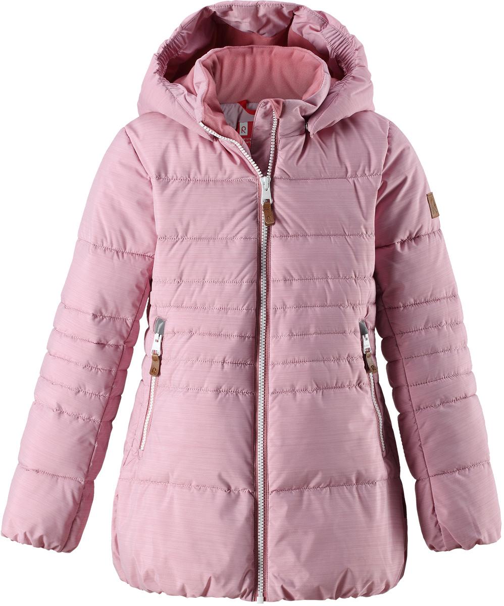 Куртка для девочки Reima Liisa, цвет: розовый. 5313034320. Размер 1525313034320Детская непромокаемая зимняя куртка изготовлена из водо- и ветронепроницаемого, дышащего материала с грязеотталкивающими свойствами. Благодаря гладкой подкладке из полиэстера, куртку легко надевать и удобно носить даже с дополнительным теплым промежуточным слоем. Эта модель для девочек снабжена эластичным подолом и манжетами. Съемный и регулируемый капюшон защищает от пронизывающего ветра и дождя, а еще он безопасен во время игр на свежем воздухе. В куртке предусмотрены два кармана на молнии и светоотражающие детали.Средняя степень утепления.