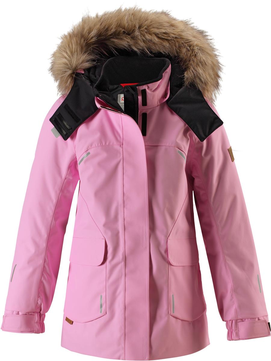 Куртка детская Reima Reimatec Sisarus, цвет: розовый. 5313004190. Размер 1525313004190Элегантная детская зимняя куртка в классическом стиле с честью выдержит испытание временем и высокими нагрузками! Эта куртка из водо- и ветронепроницаемого материала отлично подойдет для любых зимних забав. Все швы в ней проклеены и водонепроницаемы, что гарантирует максимальный комфорт во время зимних прогулок. Кроме того, она сшита из дышащего материала, так что ребенок не вспотеет во время катания на санках или коньках. Эта приталенная и удлиненная модель для девочек снабжена несъемным пояском на талии и регулируемыми манжетами. Съемный и регулируемый капюшон оторочен стильной отделкой из искусственного меха, которую при желании тоже можно снять. Защитный капюшон безопасен во время игр на свежем воздухе, поскольку легко отстегнется, если вдруг за что-нибудь зацепится. В больших карманах с клапанами легко поместятся все самое важное. Обратите внимание на удобную петельку, спрятанную в кармане с клапаном – к ней можно прикрепить любимый светоотражатель ребенка для обеспечения лучшей видимости.Средняя степень утепления.