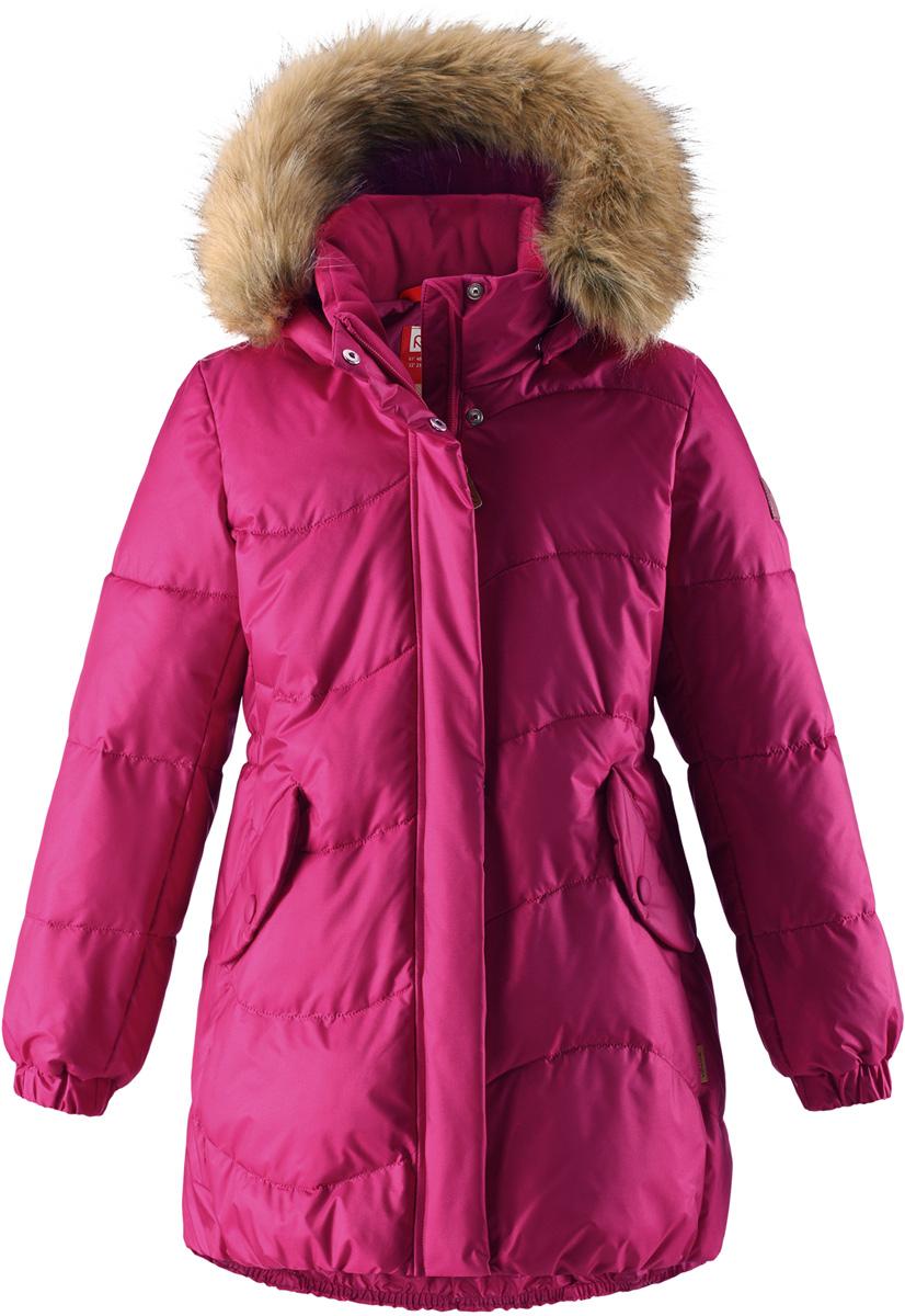 Куртка для девочки Reima Sula, цвет: фуксия. 5312983920. Размер 1045312983920Куртка для девочек на искусственном пуху немного удлиненного покроя снабжена стильной съемной оторочкой из искусственного меха на капюшоне. Она изготовлена из водо- и ветронепроницаемого, дышащего материала с водо- и грязеотталкивающей поверхностью, поэтому она теплая и простая в уходе. Куртку с гладкой подкладкой из полиэстера легко надевать и очень удобно носить с теплым промежуточным слоем. Эта элегантная модель снабжена съемным эластичным пояском сзади и декоративной светоотражающей отделкой, придающей завершающий штрих теплому зимнему наряду. Съемный капюшон не только защищает от пронизывающего ветра, но еще и обеспечивает дополнительную безопасность во время прогулок. Кнопки легко отстегиваются, если капюшон случайно за что-нибудь зацепится. Обратите внимание на удобную петельку, спрятанную в кармане с клапаном – к ней можно прикрепить светоотражатель для лучшей видимости ребенка и его безопасности.Средняя степень утепления.