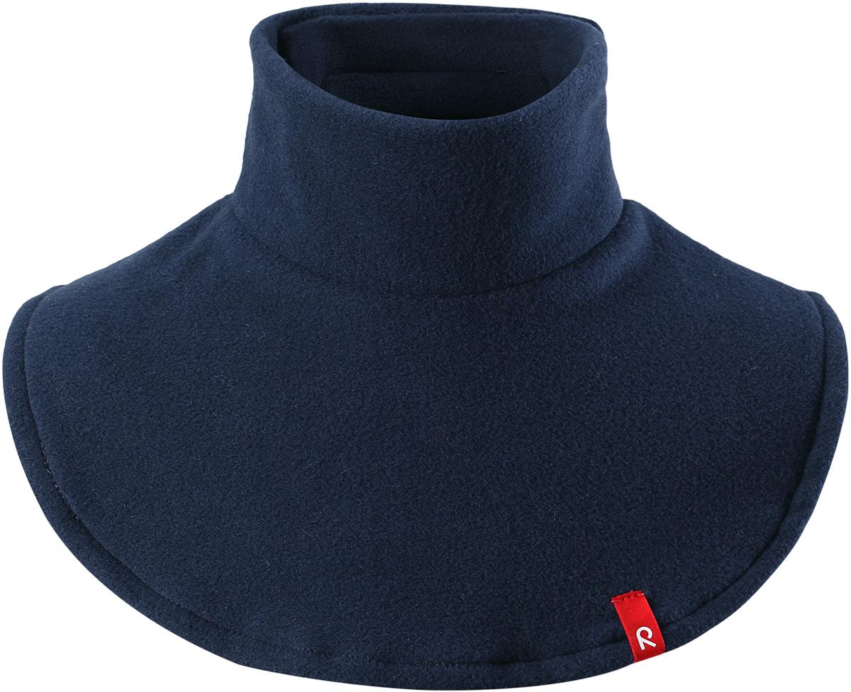 Манишка детская Reima Dollart, цвет: темно-синий. 5285596980. Размер универсальный5285596980Флисовая горловина для малышей и детей постарше сделает любую демисезонную и зимнюю верхнюю одежду теплее и уютнее. Теплый флис – мягкий и приятный на ощупь, а застежка-липучка сзади облегчает надевание и не дает горловине сползать. Легкий, быстросохнущий, и дышащий полярный флис отводит влагу с кожи.