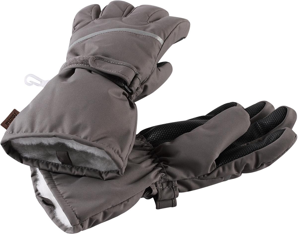 Перчатки детские Reima Harald, цвет: серый. 5272939390. Размер 75272939390Популярные теплые и прочные зимние перчатки для малышей и детей постарше. Сшиты из ветронепроницаемого, и в то же время водо- и грязеотталкивающего материала. Легкий утеплитель и теплая полушерстяная ворсовая подкладка делают эти перчатки невероятно теплыми. Усиления и специальное ребристое покрытие на ладони, пальцах и большом пальце гарантируют прочность и хорошее сцепление с любой поверхностью. В этих перчатках рукам будет тепло, но благодаря дышащему материалу они не вспотеют. Снабжены застежкой на липучке спереди и светоотражающим кантом.Высокая степень утепления.