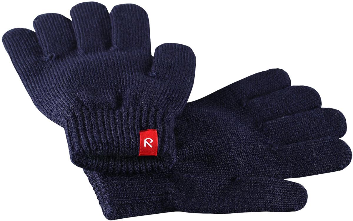 Перчатки детские Reima Twig, цвет: темно-синий. 5272746980. Размер 75272746980Перчатки для малышей и детей постарше выполнены из эластичной полушерсти, дарящей комфорт в прохладные дни ранней осенью. Они идеально подойдут для поддевания под водонепроницаемые варежки и перчатки. Изготовлены из трикотажа высокого качества и легко стираются в стиральной машине.Средняя степень утепления.