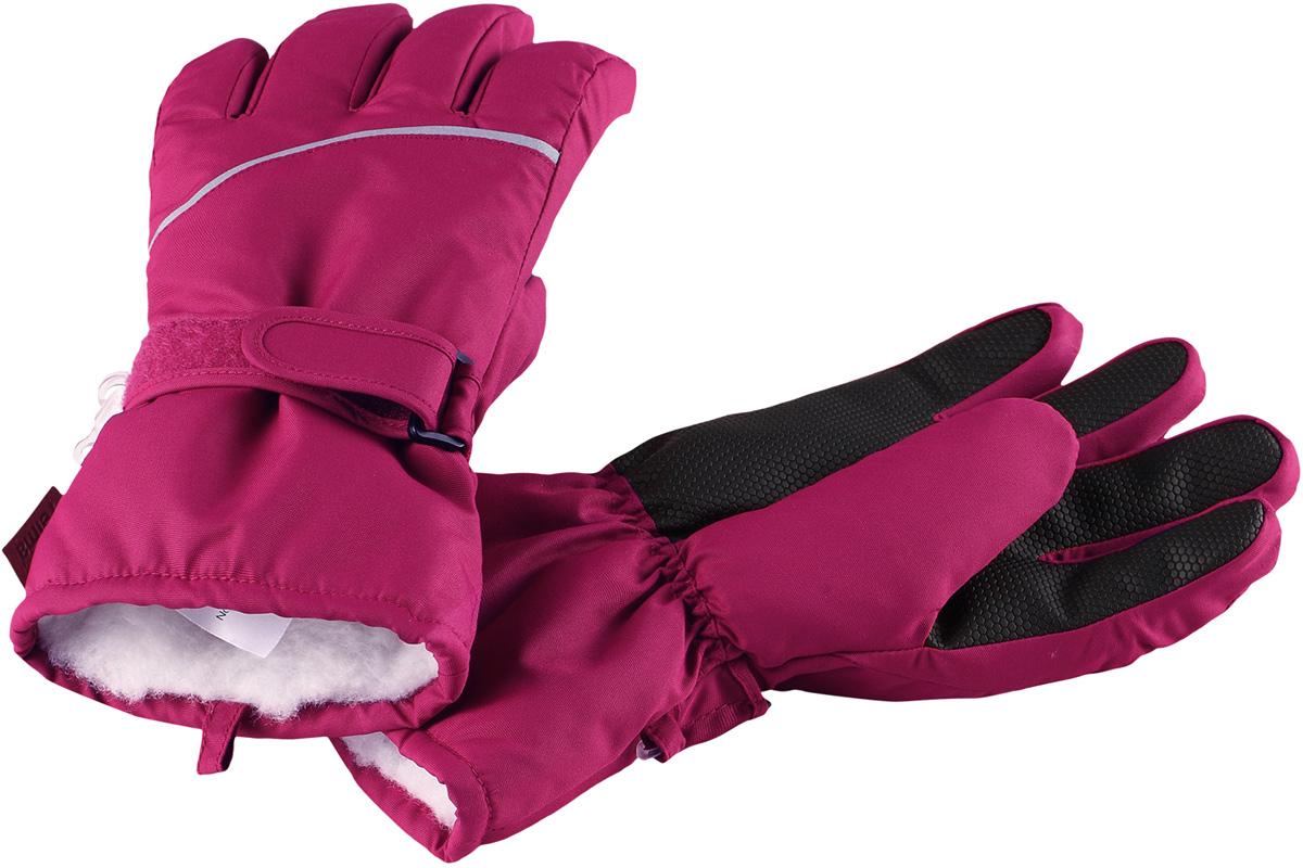 Перчатки детские Reima Harald, цвет: фуксия. 5272933920. Размер 45272933920Популярные теплые и прочные зимние перчатки для малышей и детей постарше. Сшиты из ветронепроницаемого, и в то же время водо- и грязеотталкивающего материала. Легкий утеплитель и теплая полушерстяная ворсовая подкладка делают эти перчатки невероятно теплыми. Усиления и специальное ребристое покрытие на ладони, пальцах и большом пальце гарантируют прочность и хорошее сцепление с любой поверхностью. В этих перчатках рукам будет тепло, но благодаря дышащему материалу они не вспотеют. Снабжены застежкой на липучке спереди и светоотражающим кантом.Высокая степень утепления.