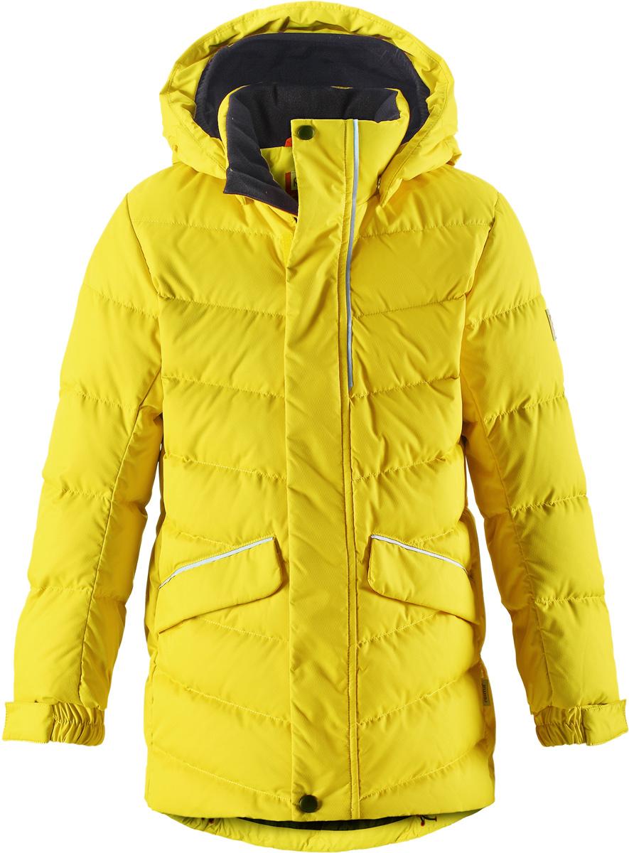 Пуховик детский Reima Janne, цвет: желтый. 5312952390. Размер 1525312952390Пуховая куртка для спорта и прогулок по городу. Поверхность с ромбовидным узором добби, утеплитель из пуха и пера. Эта удлиненная модель изготовлена из дышащего, водо и ветронепроницаемого материала. В куртке вашему ребенку будет тепло и уютно в морозный день. Благодаря подкладке из гладкого полиэстера, куртка легко надевается. Снабжена безопасным съемным капюшоном, а также регулируемыми манжетами и подолом. Куртка изготовлена из грязеотталкивающего материала, но при этом ее можно сушить в сушильной машине. Она снабжена двумя карманами с клапанами, в одном из которых спрятана удобная петелька. Прикрепите на нее любимый светоотражатель вашего ребенка и обеспечьте ему безопасность и лучшую видимость!Высокая степень утепления.