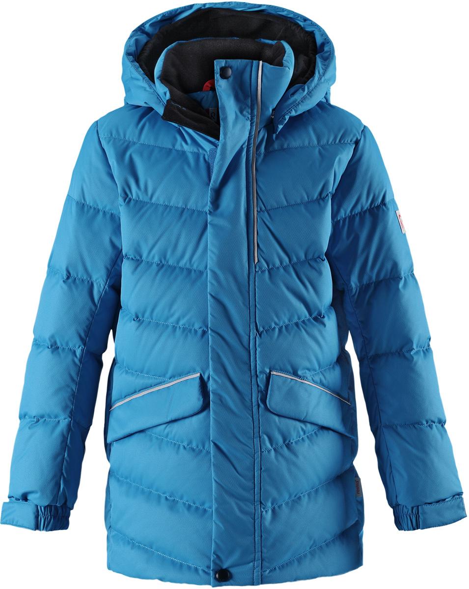 Пуховик детский Reima Janne, цвет: голубой. 5312956490. Размер 1165312956490Пуховая куртка для спорта и прогулок по городу. Поверхность с ромбовидным узором добби, утеплитель из пуха и пера. Эта удлиненная модель изготовлена из дышащего, водо и ветронепроницаемого материала. В куртке вашему ребенку будет тепло и уютно в морозный день. Благодаря подкладке из гладкого полиэстера, куртка легко надевается. Снабжена безопасным съемным капюшоном, а также регулируемыми манжетами и подолом. Куртка изготовлена из грязеотталкивающего материала, но при этом ее можно сушить в сушильной машине. Она снабжена двумя карманами с клапанами, в одном из которых спрятана удобная петелька. Прикрепите на нее любимый светоотражатель вашего ребенка и обеспечьте ему безопасность и лучшую видимость!Высокая степень утепления.