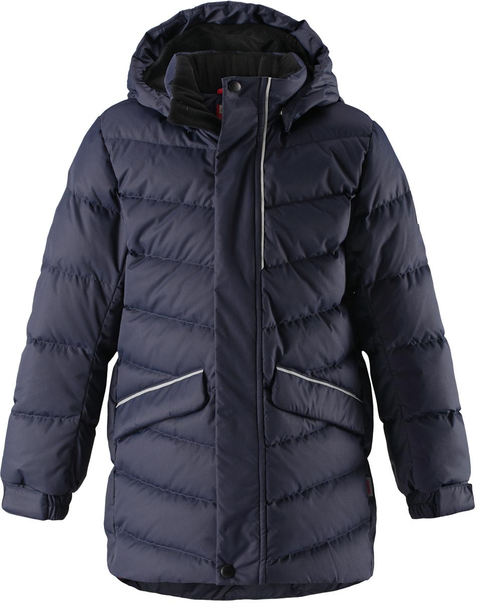 Пуховик детский Reima Janne, цвет: темно-синий. 5312956980. Размер 1165312956980Пуховая куртка для спорта и прогулок по городу. Поверхность с ромбовидным узором добби, утеплитель из пуха и пера. Эта удлиненная модель изготовлена из дышащего, водо и ветронепроницаемого материала. В куртке вашему ребенку будет тепло и уютно в морозный день. Благодаря подкладке из гладкого полиэстера, куртка легко надевается. Снабжена безопасным съемным капюшоном, а также регулируемыми манжетами и подолом. Куртка изготовлена из грязеотталкивающего материала, но при этом ее можно сушить в сушильной машине. Она снабжена двумя карманами с клапанами, в одном из которых спрятана удобная петелька. Прикрепите на нее любимый светоотражатель вашего ребенка и обеспечьте ему безопасность и лучшую видимость!Высокая степень утепления.