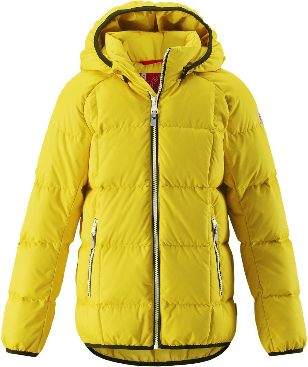 Пуховик детский Reima Jord, цвет: желтый. 5312942390. Размер 1045312942390Куртка-пуховик для детей и подростков в спортивно-городском стиле. Поверхность с ромбовидным узором добби, утеплитель из пуха и пера. Куртка изготовлена из дышащего, водо- и ветронепроницаемого материала, в ней вашему ребенку будет тепло и уютно в морозный день. Эта куртка с подкладкой из гладкого полиэстера легко надевается. Снабжена безопасным съемным капюшоном, карманами на молнии и эластичной сборкой по краю капюшона, на манжетах и подоле. Куртка изготовлена из грязеотталкивающего материала, но при этом ее можно сушить в сушильной машине.Высокая степень утепления.