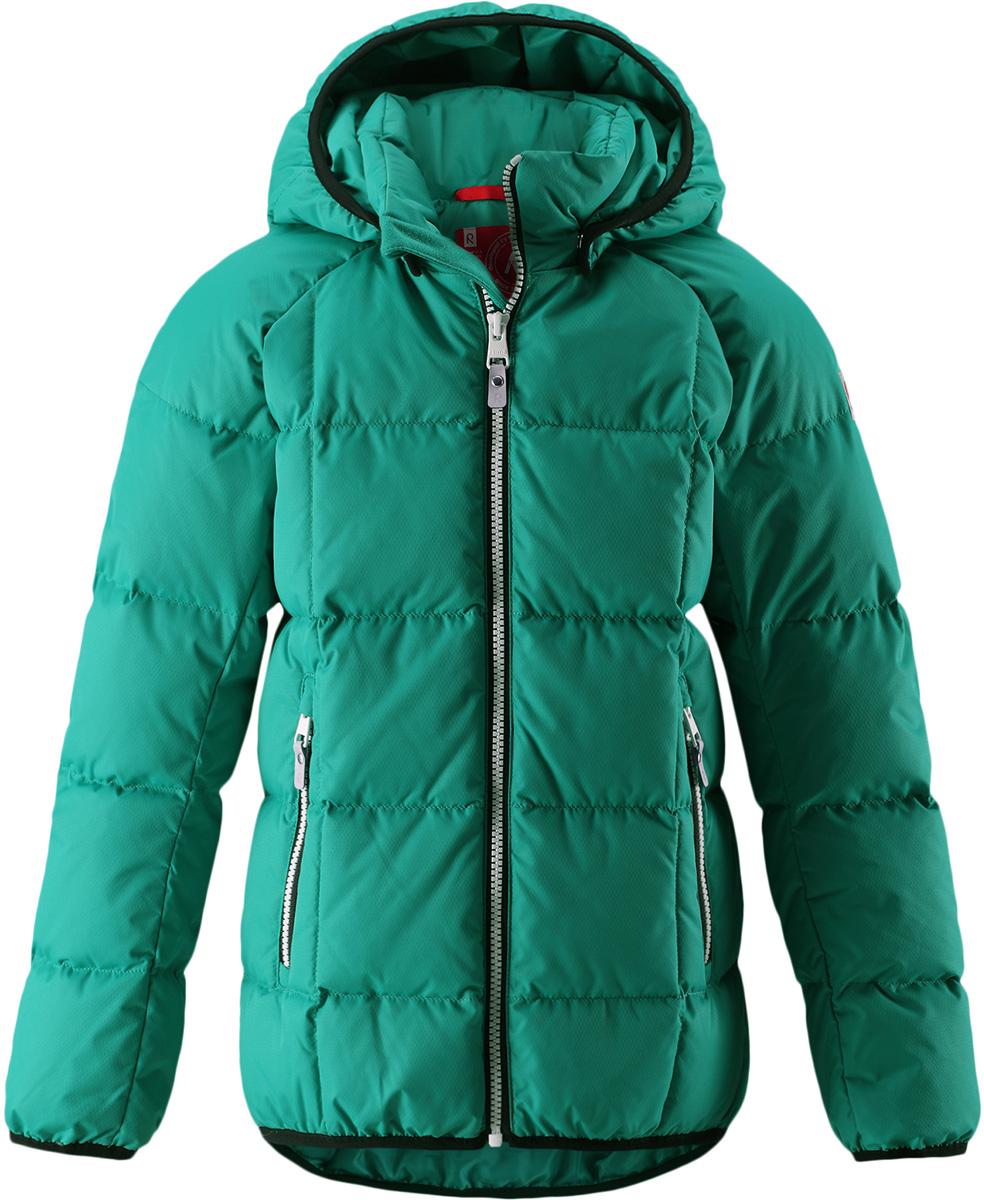 Пуховик детский Reima Jord, цвет: зеленый. 5312948860. Размер 1045312948860Куртка-пуховик для детей и подростков в спортивно-городском стиле. Поверхность с ромбовидным узором добби, утеплитель из пуха и пера. Куртка изготовлена из дышащего, водо- и ветронепроницаемого материала, в ней вашему ребенку будет тепло и уютно в морозный день. Эта куртка с подкладкой из гладкого полиэстера легко надевается. Снабжена безопасным съемным капюшоном, карманами на молнии и эластичной сборкой по краю капюшона, на манжетах и подоле. Куртка изготовлена из грязеотталкивающего материала, но при этом ее можно сушить в сушильной машине.Высокая степень утепления.