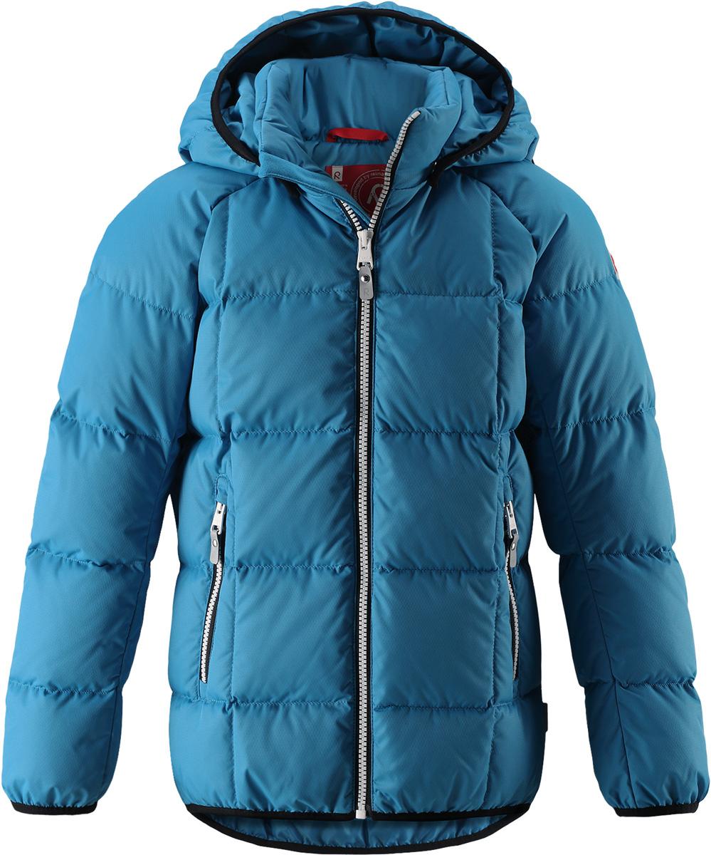 Пуховик детский Reima Jord, цвет: синий. 5312946490. Размер 1285312946490Куртка-пуховик для детей и подростков в спортивно-городском стиле. Поверхность с ромбовидным узором добби, утеплитель из пуха и пера. Куртка изготовлена из дышащего, водо- и ветронепроницаемого материала, в ней вашему ребенку будет тепло и уютно в морозный день. Эта куртка с подкладкой из гладкого полиэстера легко надевается. Снабжена безопасным съемным капюшоном, карманами на молнии и эластичной сборкой по краю капюшона, на манжетах и подоле. Куртка изготовлена из грязеотталкивающего материала, но при этом ее можно сушить в сушильной машине.Высокая степень утепления.