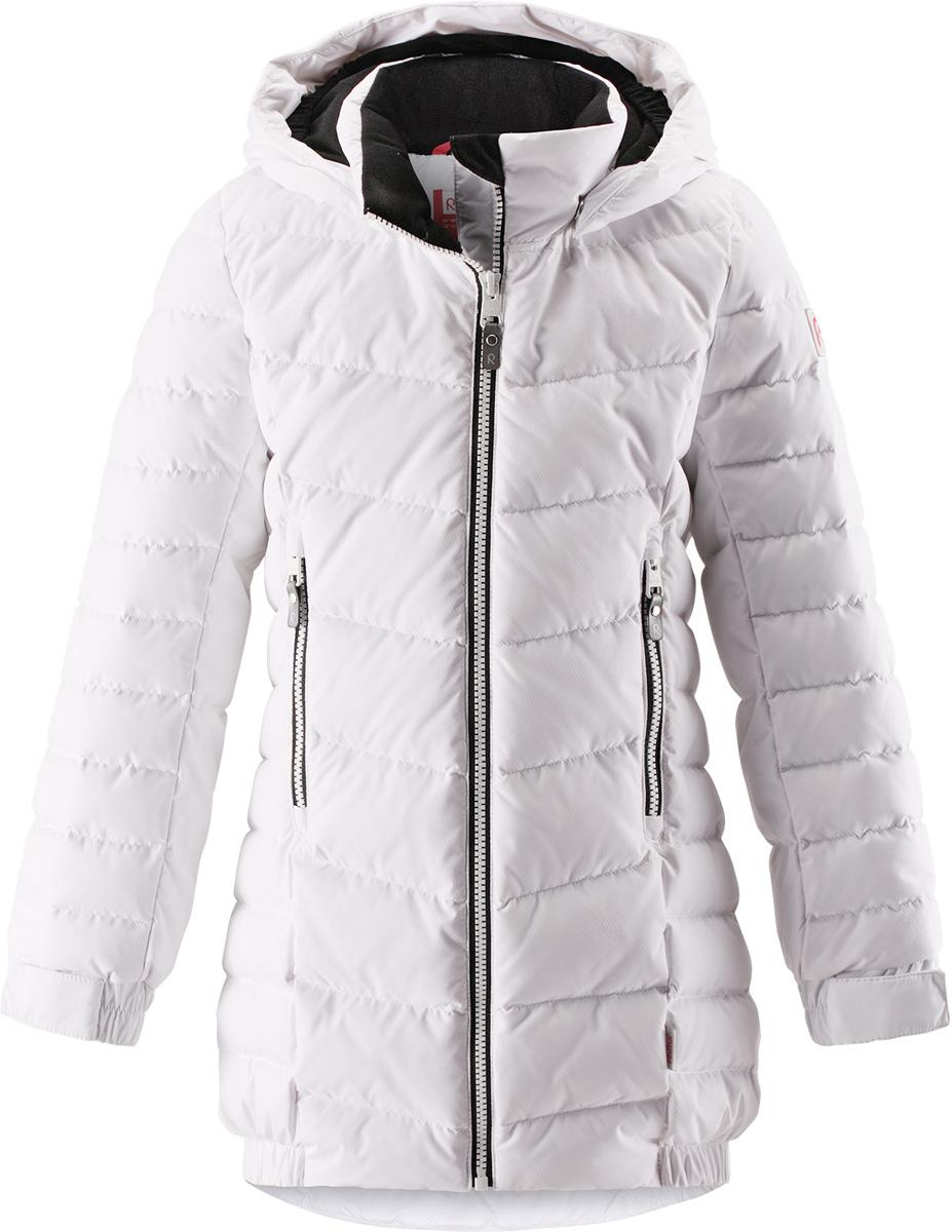 Пуховик для девочки Reima Juuri, цвет: белый. 5312960100. Размер 1345312960100Куртка-пуховик для детей и подростков в спортивно-городском стиле. Поверхность с ромбовидным узором добби, утеплитель из пуха и пера. Куртка изготовлена из дышащего, водо- и ветронепроницаемого материала, в ней вашему ребенку будет тепло и уютно в морозный день. Благодаря подкладке из гладкого полиэстера, куртка легко надевается. Снабжена безопасным съемным капюшоном, карманами на молнии и эластичной сборкой по краю капюшона, на манжетах и подоле. Куртка изготовлена из грязеотталкивающего материала, но при этом ее можно сушить в сушильной машине.Высокая степень утепления.