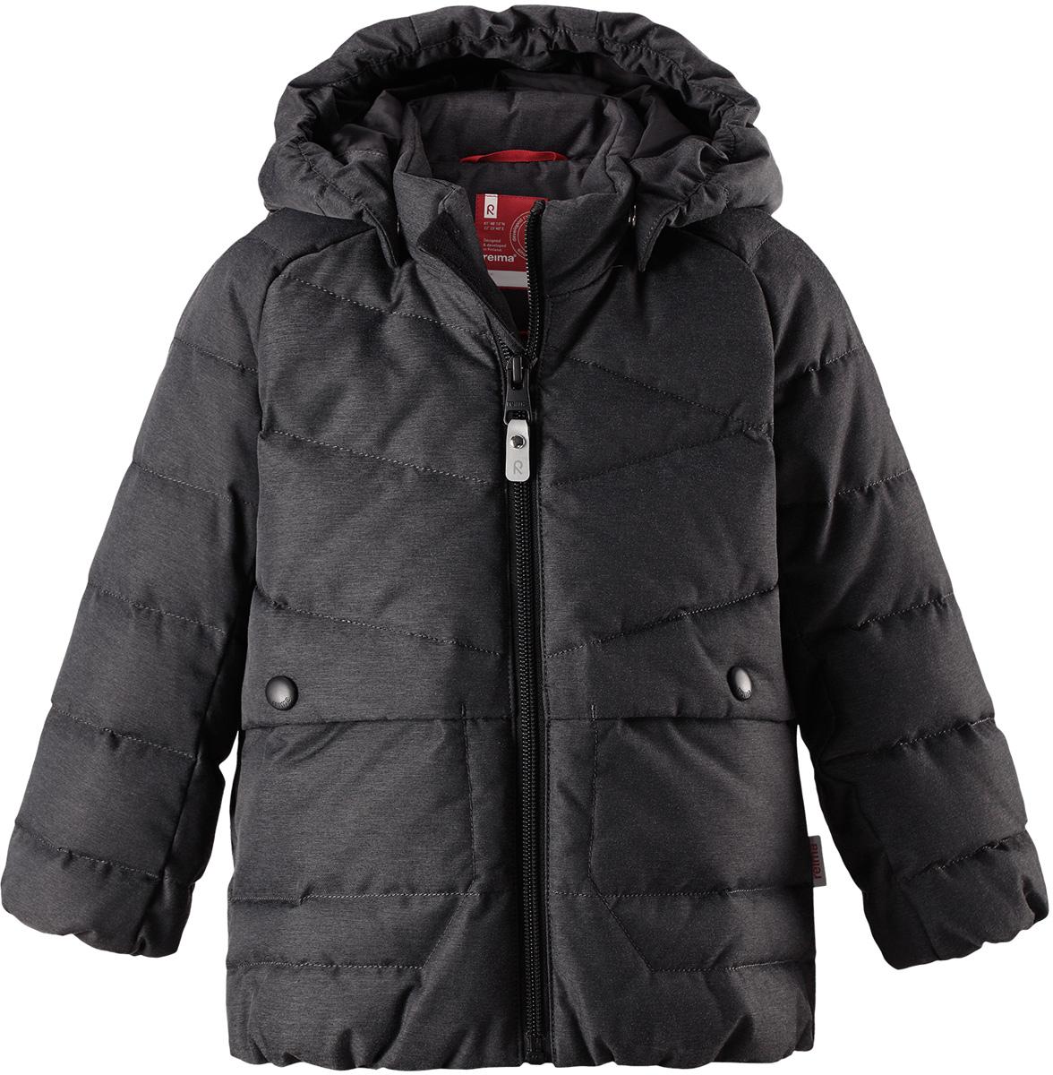 Пуховик для мальчика Reima Latva, цвет: серый. 5112599730. Размер 1105112599730Невероятно теплый, практичный и абсолютно непромокаемый пуховик просто создан для активных зимних прогулок!Эту куртку из водо- и грязеотталкивающего материла рекомендуется носить в сухую морозную зимнюю погоду. Куртка снабжена безопасным съемным капюшоном и двумя боковыми карманами. Обратите внимание на забавную строчку и стильную матовую поверхность ткани!Высокая степень утепления.