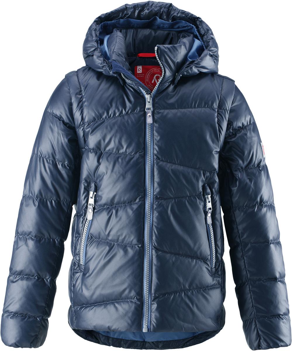 Пуховик детский Reima Martti, цвет: темно-синий. 5312916980. Размер 1105312916980Очень легкая, но при этом теплая и практичная слегка удлиненная куртка для подростков в одно мгновение превращается в жилетку. Эта практичная куртка снабжена утеплителемиз пуха и пера. Куртку с гладкой подкладкой из полиэстера легко надевать и очень удобно носить. В теплую погоду стоит лишь отстегнуть рукава, и куртка превратится в жилетку. Наденьте ее с удобной кофтой, и у вас получится модный и стильный наряд. А когда на улице похолодает, жилетку можно поддевать в качестве промежуточного слоя. Куртка оснащена съемным капюшоном, что обеспечивает дополнительную безопасность во время активных прогулок – капюшон легко отстегивается, если случайно за что-нибудь зацепится. Два кармана на молнии для мобильного телефона и других ценных мелочей. Образ довершают практичные детали: длинная молния высокого качества и светоотражающие элементы.Средняя степень утепления.