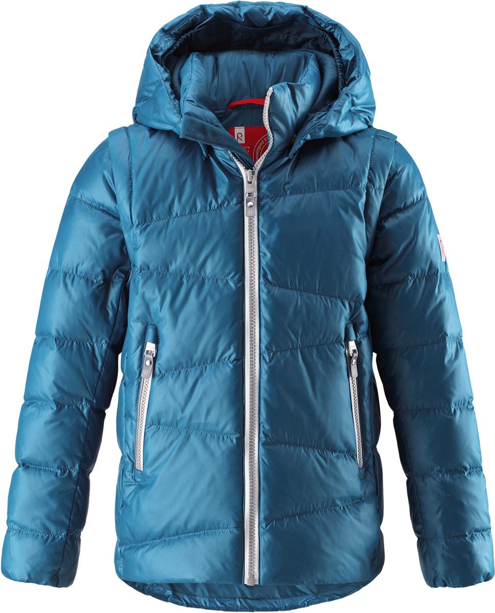 Пуховик детский Reima Martti, цвет: синий. 5312917900. Размер 1225312917900Очень легкая, но при этом теплая и практичная слегка удлиненная куртка для подростков в одно мгновение превращается в жилетку. Эта практичная куртка снабжена утеплителемиз пуха и пера. Куртку с гладкой подкладкой из полиэстера легко надевать и очень удобно носить. В теплую погоду стоит лишь отстегнуть рукава, и куртка превратится в жилетку. Наденьте ее с удобной кофтой, и у вас получится модный и стильный наряд. А когда на улице похолодает, жилетку можно поддевать в качестве промежуточного слоя. Куртка оснащена съемным капюшоном, что обеспечивает дополнительную безопасность во время активных прогулок – капюшон легко отстегивается, если случайно за что-нибудь зацепится. Два кармана на молнии для мобильного телефона и других ценных мелочей. Образ довершают практичные детали: длинная молния высокого качества и светоотражающие элементы.Средняя степень утепления.