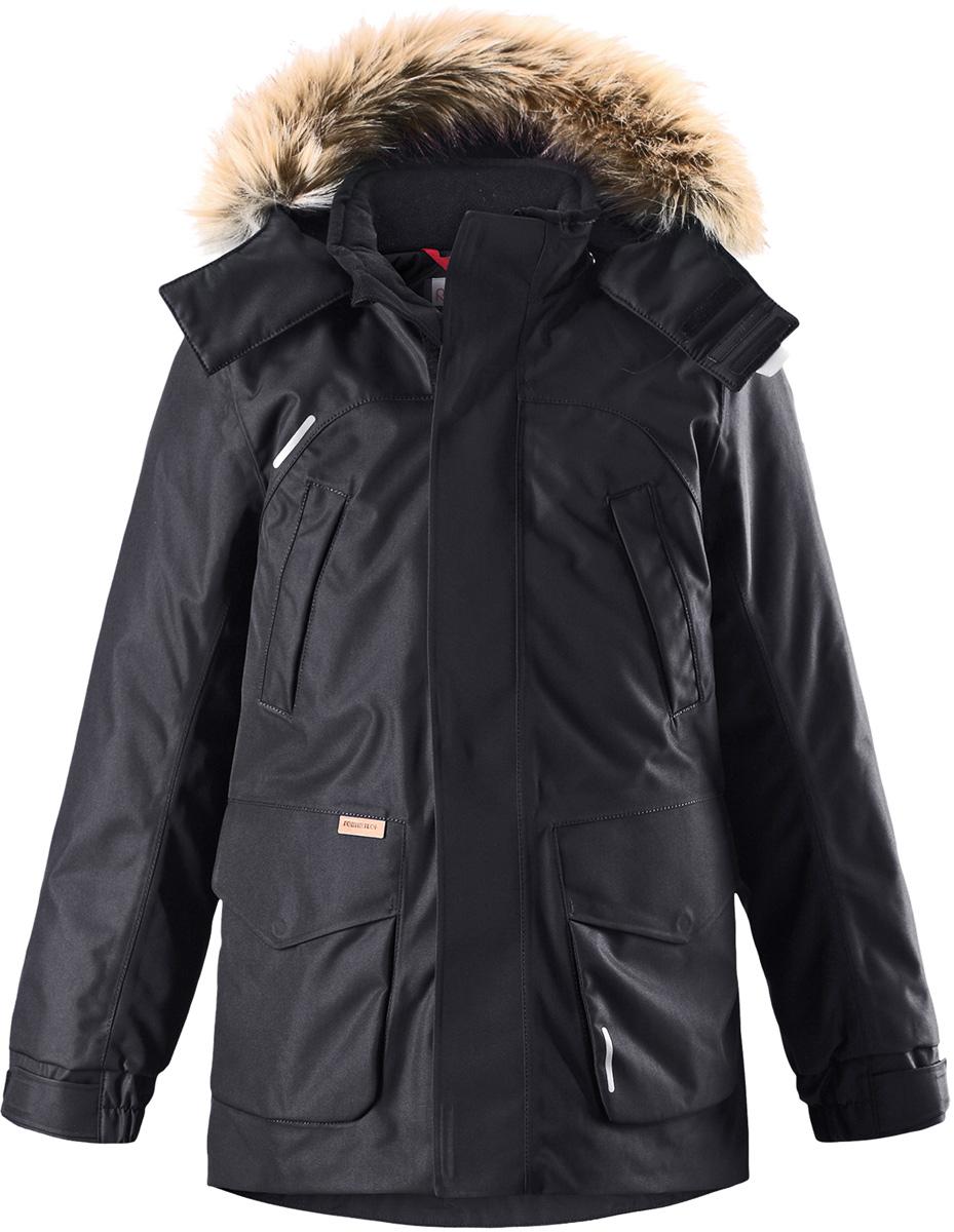 Пуховик детский Reima Reimatec Serkku, цвет: черный. 5313019990. Размер 1285313019990Теплая детская куртка-пуховик сшита из ветронепроницаемого и дышащего материала, который, к тому же, абсолютно водонепроницаемый! Все швы в этой стильной куртке проклеены и водонепроницаемы, что гарантирует максимальный комфорт во время зимних прогулок, при любой погоде. Талия и подол этой удлиненной модели легко регулируются, что позволяет подогнать куртку точно по фигуре. Съемный капюшон защищает от пронизывающего ветра и безопасен во время игр на свежем воздухе. Кнопки легко отстегиваются, если капюшон случайно за что-нибудь зацепится. Куртка подшита гладкой подкладкой. Модный образ дополняет капюшон с элегантной оторочкой из искусственного меха, которую при желании также можно снять. В нескольких карманах удобно хранить разные важные предметы во время прогулок. Обратите внимание на удобную петельку, спрятанную в кармане с клапаном – к ней можно прикрепить светоотражатель для обеспечения лучшей видимости. Эта невероятно теплая зимняя куртка очень проста в уходе: дело в том, что у нее водо- и грязеотталкивающая поверхность, а после стирки ее можно сушить в сушильной машине. Теплая классическая куртка-пуховик подойдет на все случаи жизни – маленьким любителям активных прогулок будет в ней тепло и сухо!Высокая степень утепления.