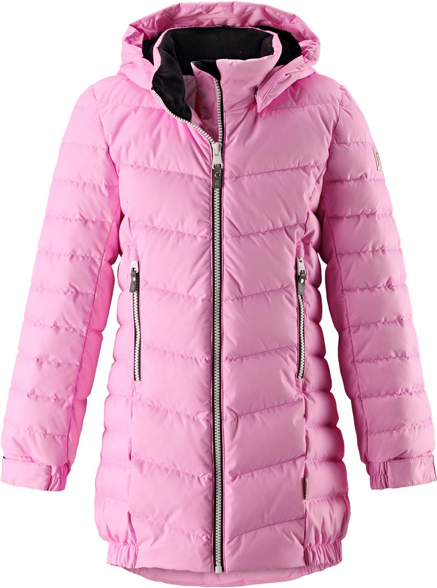Пуховик для девочки Reima Juuri, цвет: светло-розовый. 5312964190. Размер 1045312964190Куртка-пуховик для детей и подростков в спортивно-городском стиле. Поверхность с ромбовидным узором добби, утеплитель из пуха и пера. Куртка изготовлена из дышащего, водо- и ветронепроницаемого материала, в ней вашему ребенку будет тепло и уютно в морозный день. Благодаря подкладке из гладкого полиэстера, куртка легко надевается. Снабжена безопасным съемным капюшоном, карманами на молнии и эластичной сборкой по краю капюшона, на манжетах и подоле. Куртка изготовлена из грязеотталкивающего материала, но при этом ее можно сушить в сушильной машине.Высокая степень утепления.