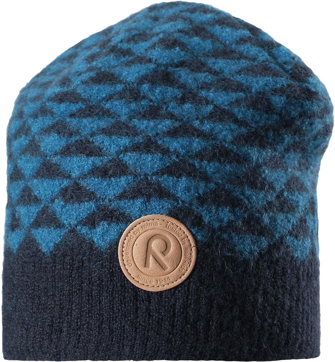 Шапка-бини детская Reima Kaamos, цвет: синий. 5285576740. Размер 565285576740Детская шапка из теплого шерстяного трикотажа Reima станет отличным вариантом на зимние холода. Материал превосходно регулирует температуру и хорошо согревает голову. Трикотажная подкладка в рубчик из смеси хлопка и эластана гарантирует тепло, а ветронепроницаемые вставки защищают уши. Модель имеет декоративную структурную вязку.