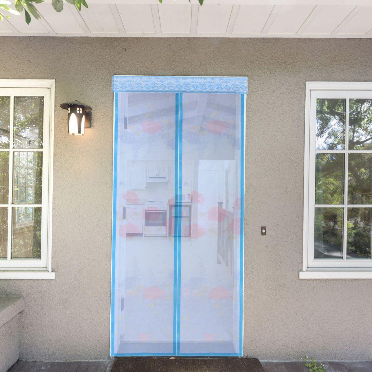 Сетка антимоскитная Цветы, на магнитной ленте, цвет: голубой, 80 х 210 см137789Занавес от насекомых на магнитной ленте универсален в использовании: подвесьте его при входе в садовый дом или балкон, чтобы предотвратить попадание комаров внутрь жилища. Наслаждайтесь свежим воздухом без компании надоедливых насекомых! Чтобы зафиксировать занавес в дверном проеме, достаточно закрепить занавеску по периметру двери с помощью кнопок, идущих в комплекте. Принцип действия занавеса предельно прост: каждый раз, когда вы будете проходить сквозь шторы, они автоматически «захлопнутся» за вами благодаря магнитам, расположенным по всей его длине.