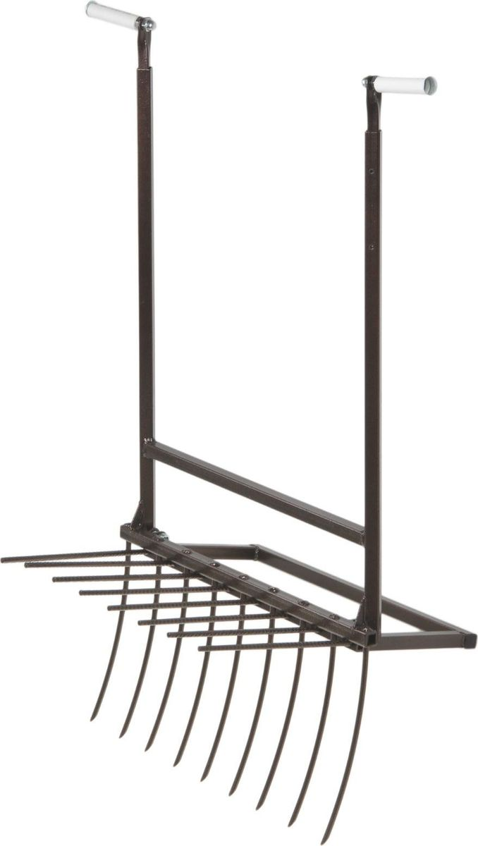 Культиватор ручной Помощник, длина 58 см1409863Культиватор поможет вскопать регулярно обрабатываемую землю перед посадкой или после сбора урожая. Состав инструмента: 2 телескопических ручки, которые можно отрегулировать под свой рост (высота от 100 до 150 см) качающаяся рыхлительная рамка на шарнире вращающиеся рукоятки из пластика, которые не намозолят ваши ладони вилы с зубьями длиной 28 см из закаленной высокоуглеродистой пружинной стали. Как использовать? Встаньте к краю грядки, возьмитесь за ручки. Вонзите инструмент в землю и потяните немного на себя. Вилы пройдут через рыхлительную рамку и размельчат землю на глубину 25–28 см без ее переворачивания. Приспособление вытянет сорняки целиком. Вам достаточно пройти и собрать их с поверхности после вскапывания. Двигайтесь спиной вперед и передвигайте инструмент на 10–15 см в зависимости от тяжести грунта. Совет. Вам будет удобнее перекапывать участок рядами. Этим рыхлителем вы без особого труда обработаете 1–2 сотки в час и совсем не устанете: не нужно наклоняться, спина всегда прямая, усилия на ручки симметричны. В сложенном состоянии инструмент имеет размер 58 ? 100 ? 10 см. Его удобно переносить, он легко влезет в багажник машины для транспортировки. Внимание! Разрыхлитель не предназначен для перекапывания целины. После использования очистите рабочую часть инструмента от остатков грунта. Храните в закрытом помещении.