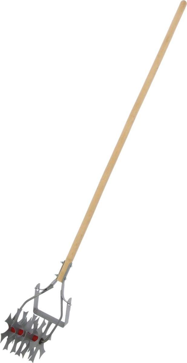 Культиватор ручной НПО Мехинструмент, ротационный, с черенком, длина 147 см2068343Ротационный культиватор с прополочным ножом вскапывает и выравнивает почву под посев.Он отлично рыхлит песчаный грунт и срезает сорняки, нужно лишь с небольшим усилием провести инструментом по грядке. Им удобно работать даже в ограниченных пространствах: между рядами, вокруг кустов.От коррозии металлическую часть защищает специальное покрытие из порошковой эмали.Деревянный черенок лёгкий, гладкий и прочный, сохраняет тепло, что актуально в прохладную погоду.Внимание! Культиватор не создан для разрыхления плотной глинистой почвы.По окончании использования очистите орудие от остатков грунта. Храните в закрытом помещении.