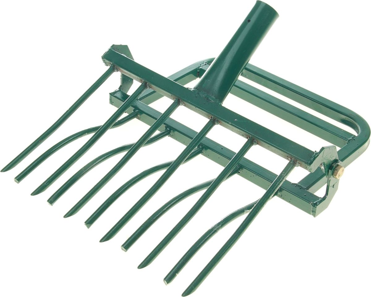 «ЗЕМЛЕКОП-6» поможет вскопать регулярно обрабатываемую землю перед посадкой или после сбора урожая. Инструмент состоит из качающегося рыхлителя на шарнире, оборудованного педалью для упора ноги, и вил со стальными зубцами. Как использовать? Насадите изделие на черенок удобной вам длины. Вонзите инструмент в землю и потяните на себя. Вилы пройдут через рыхлитель и размельчат землю на глубину 25 см без ее переворачивания. Приспособление вытянет сорняки целиком. Вам достаточно пройти и собрать их с поверхности после вскапывания. В качестве альтернативы можете перемешать корни сорной травы с землей и оставить их перегнивать. Так вы обогатите плодородный слой почвы. Двигайтесь спиной вперед и передвигайте инструмент на 10–15 см в зависимости от тяжести грунта. Совет: вам будет удобнее перекапывать участок рядами. Характеристики Ширина копки одной полосы: 48 см Зубцы: 6 шт. Внимание! Инструмент не предназначен для обработки целины. Черенок в комплект не входит. После использования очистите рабочую часть инструмента от остатков грунта. Храните в закрытом помещении.