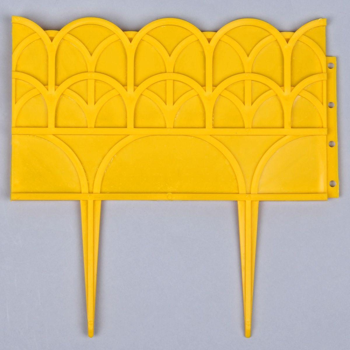 Ограждение садовое декоративное, 13 секций, цвет: желтый, 14 х 310 см738743Садовое ограждение — выбор тех, кто ценит красоту и комфорт. Выполненное из надежного пластика, оно имеет ряд неоспоримых плюсов: Длительный срок службы. Подобный заборчик может служить до 5 лет без деформации и потери качества. Яркий, насыщенный цвет, который не потускнеет со временем и не выгорит на солнце. Приспособлению не страшна высокая влажность. Как установить? Выбираем место для ограждения (это может быть садовая дорожка, грядка или красивая клумба). Расчищаем место от травы и других растений. Берем одну ячейку и аккуратно втыкаем ее ножками в землю на максимальную глубину. Вставляем вторую ячейку рядом с первой и соединяем их при помощи специальных креплений, не прикладывая физическую силу. Повторяем пункт 4 до тех пор, пока не установим все ячейки. Как ухаживать? Садовое ограждение не нуждается в специальном уходе, но важно помнить следующие моменты: не подвергайте детали механическому воздействию: не сгибайте их, не давите в процессе монтажа не подвергайте заборчик резким перепадам температур на зимнее время рекомендуется убирать его с участка если изделие запылилось, можете сполоснуть его водой из шланга без демонтажа. Пусть ваш садовый участок радует вас красотой и обильным урожаем! Большой ассортимент цветов и форм позволяет подобрать ограждение для любых нужд.