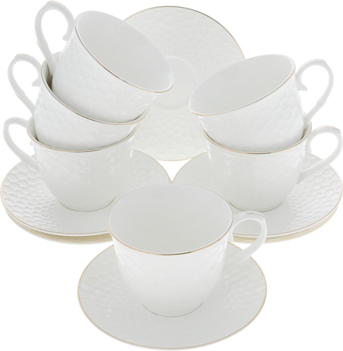 Сервиз чайный Loraine, 12 предметов. 2650626506Чайный сервиз Loraine на 6 персон выполнен из высококачественного костяного фарфора - материала, безопасного для здоровья и надолго сохраняющего тепло напитка. В наборе 6 чашек и 6 блюдец. Несмотря на свою внешнюю хрупкость, каждый из предметов набора обладает высокой прочностью и надежностью. Изделия украшены тонкой золотой каймой и имеют красивый рельеф в виде сот. Такой чайный набор станет украшением стола, а процесс чаепития превратится в одно удовольствие!Набор упакован в подарочную коробку, поэтому его можно преподнести в качестве оригинального и практичного подарка для своих родных и самых близких. Объем чашки: 200 мл. Диаметр чашки (по верхнему краю): 8,5 см. Высота чашки: 7 см. Диаметр блюдца: 13,5 см.