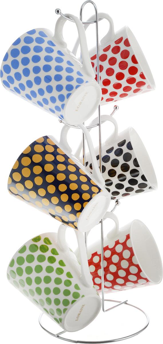 Набор кружек Loraine, на подставке, 350 мл, 7 предметов. 2652026520Набор Loraine состоит из 6 кружек и подставки. Кружки изготовлены из глазурованной керамики и оформлены оригинальным рисунком в горошек. Теплостойкие ручки обеспечивают комфортное использование. Кружки подходят для горячих и холодных напитков. Изящный дизайн придется по вкусу и ценителям классики, и тем, кто предпочитает современный стиль. Он настроит на позитивный лад и подарит хорошее настроение с самого утра. В комплекте - металлическая подставка с крючками для подвешивания кружек. Набор кружек - идеальный и необходимый подарок для вашего дома и для ваших друзей на праздники, юбилеи и торжества. Кружки подходят для мытья в посудомоечной машине, можно использовать в СВЧ и ставить в холодильник. Объем кружек: 350 мл. Диаметр кружки (по верхнему краю): 8,5 см. Высота кружки: 10 см. Размер подставки: 14 х 14 х 39 см.